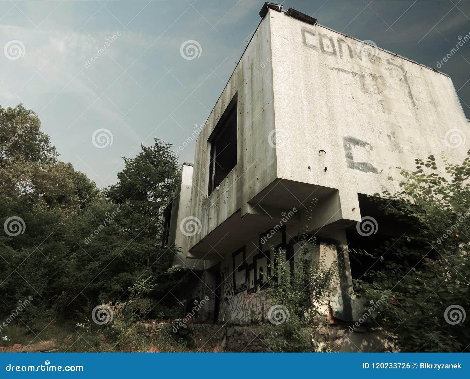 Poznan, Polen - 09 12 2014: De verlaten bouw dichtbij het Maltese meer