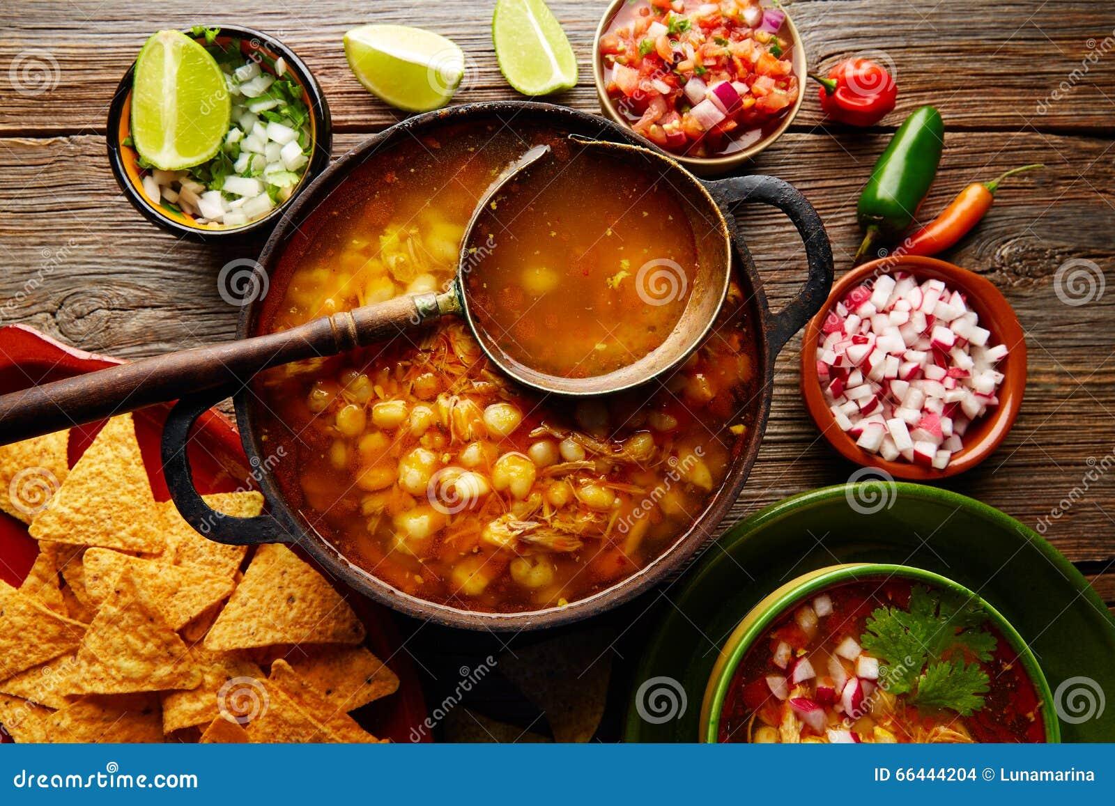 Pozole con el guisado grande del maíz de la mota de polvo de México