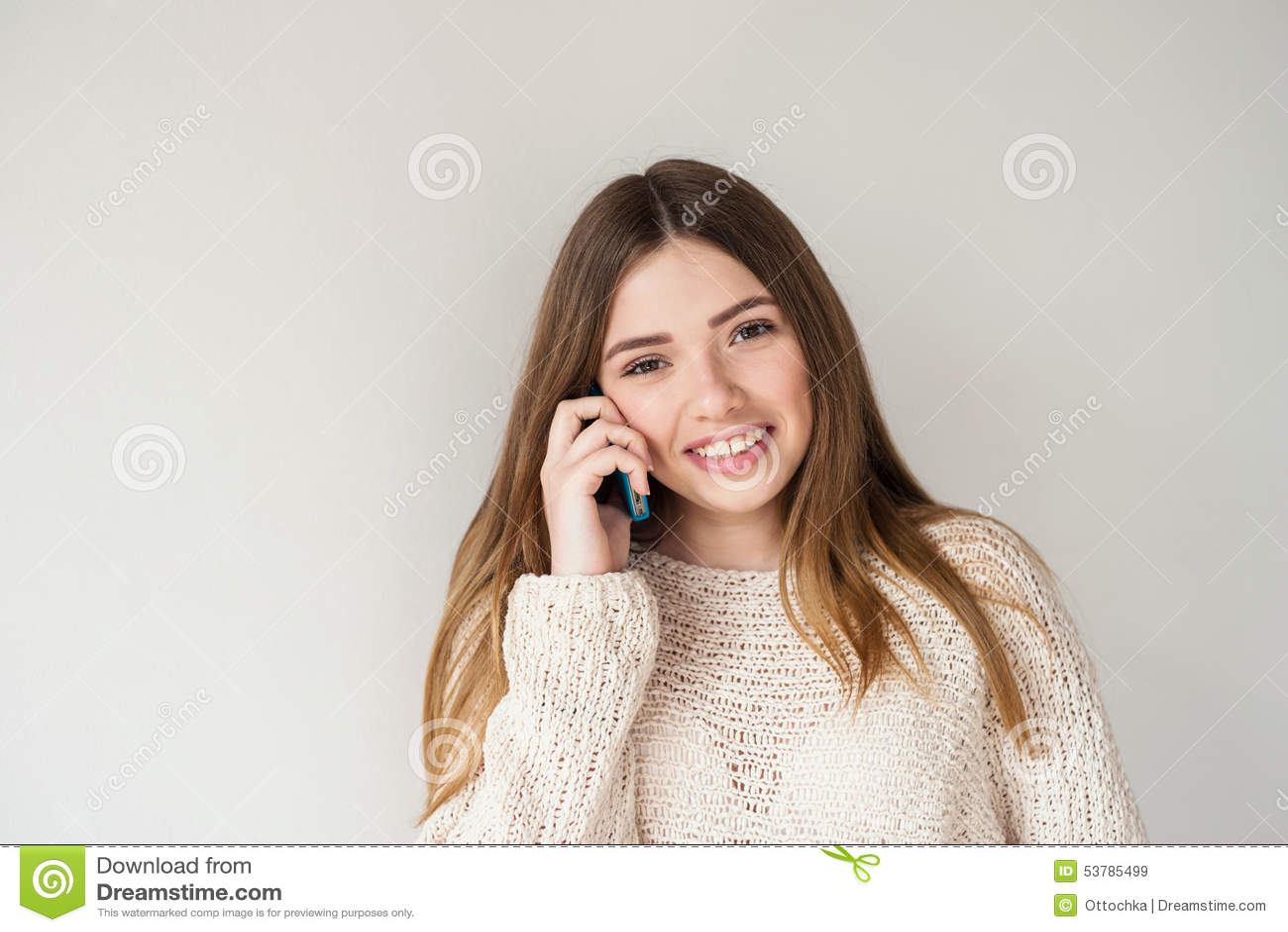 Pozytywna nastoletnia dziewczyna z długie włosy, opowiadający na telefonie
