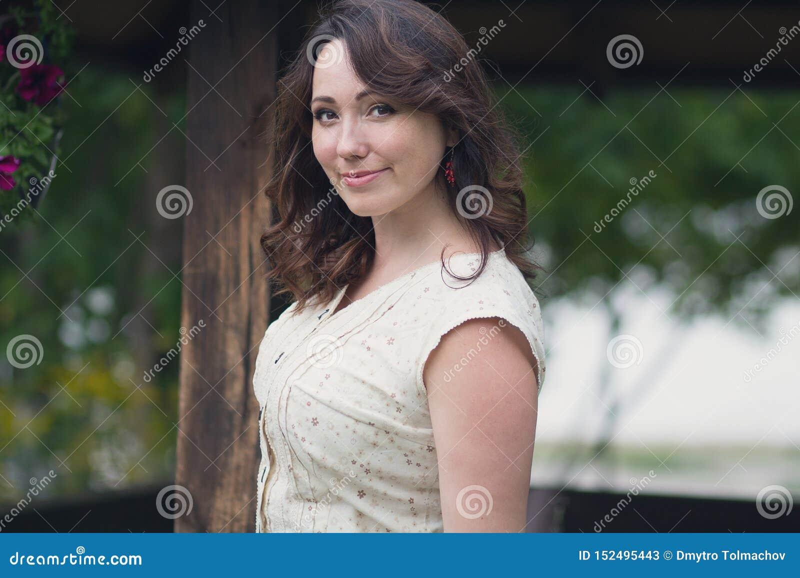 Pozytywna piękna kobieta w ogródzie