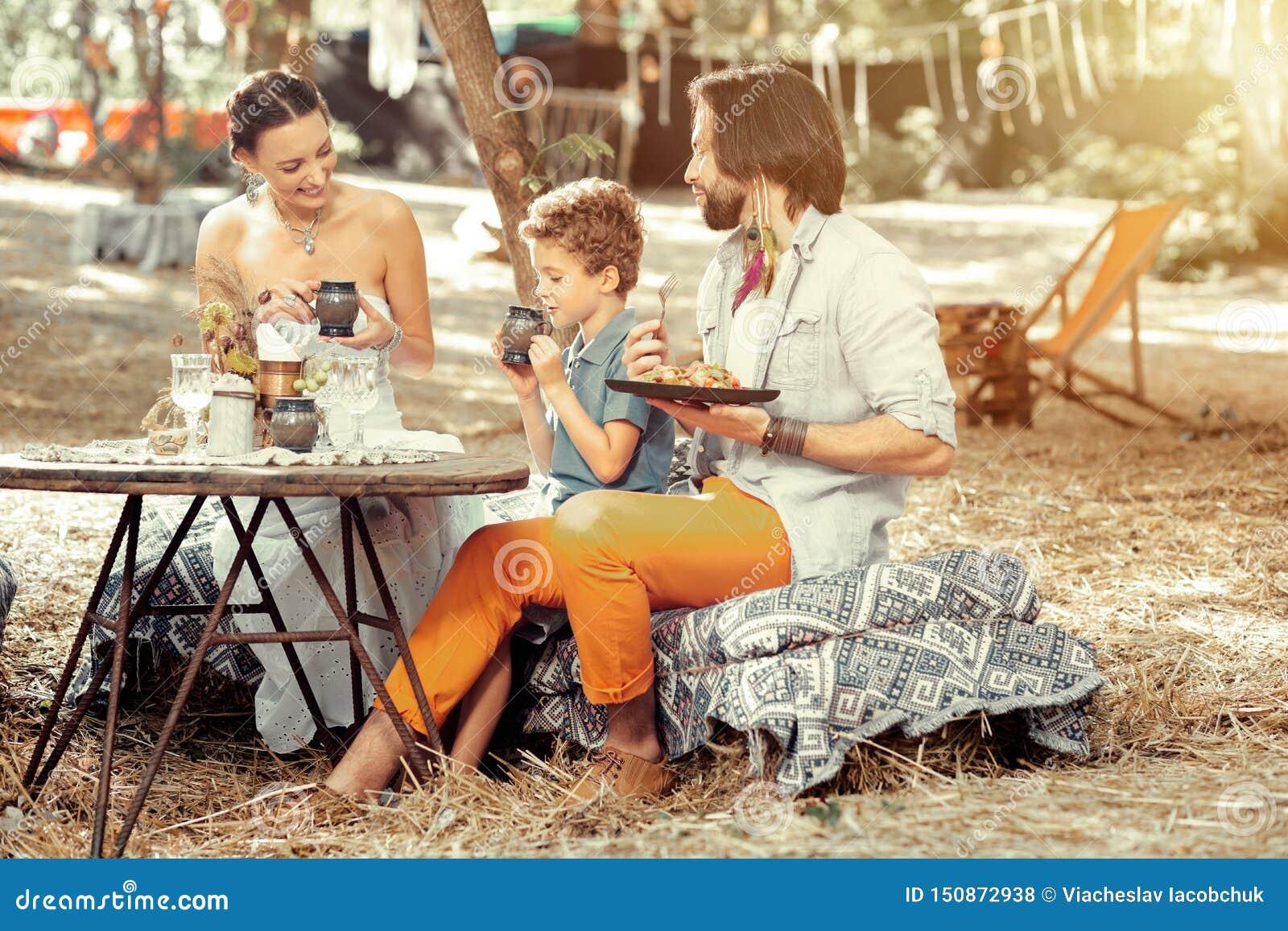 Pozytywnego ładnego rodzinnego łasowania zdrowy jedzenie wpólnie