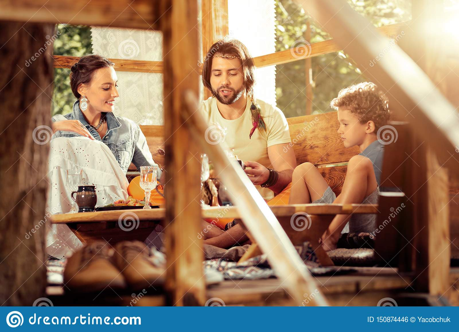Pozytywny ładny rodzinny mówienie z each inny