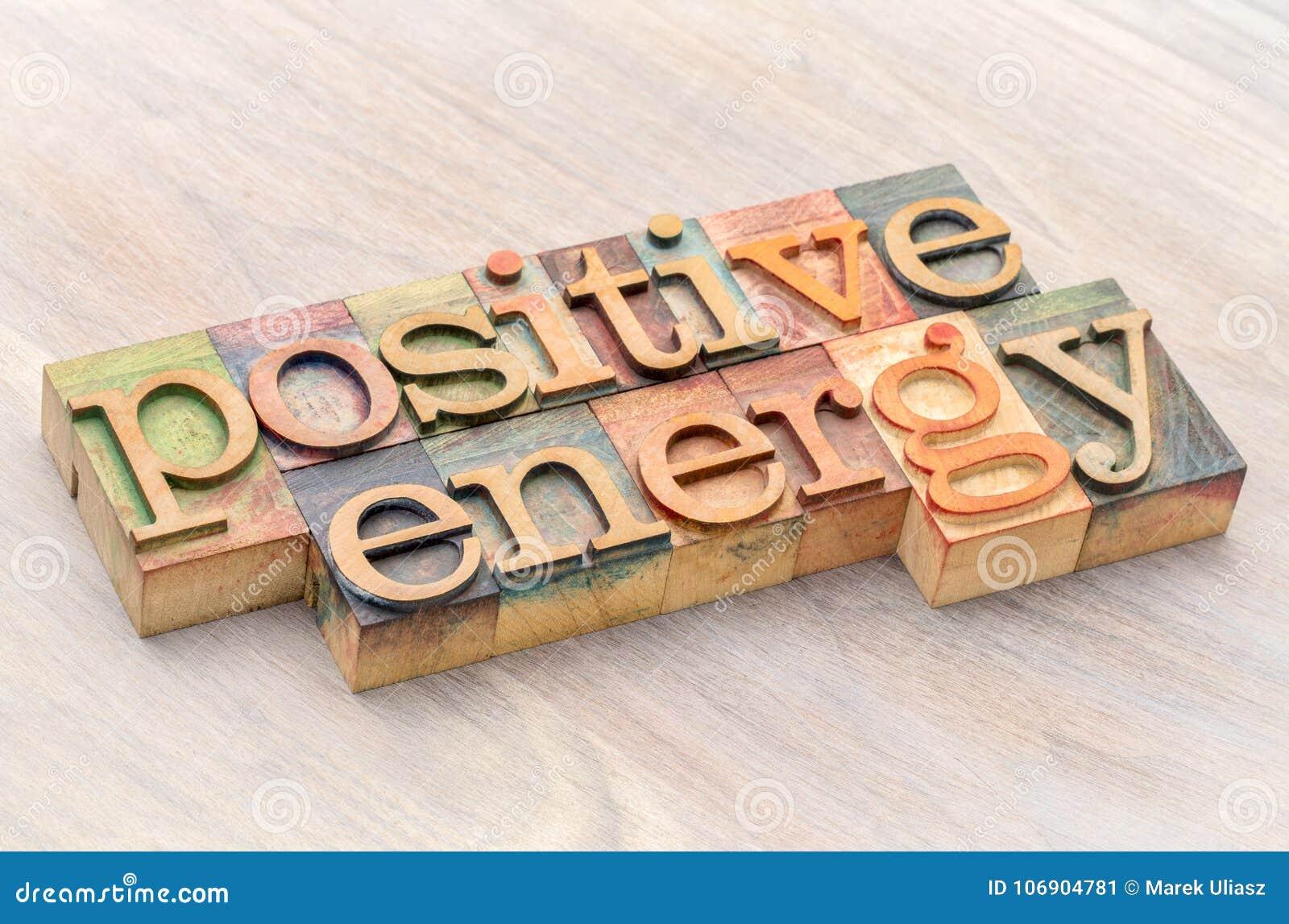 Pozytywny energetyczny słowo abstrakt w drewnianym typ