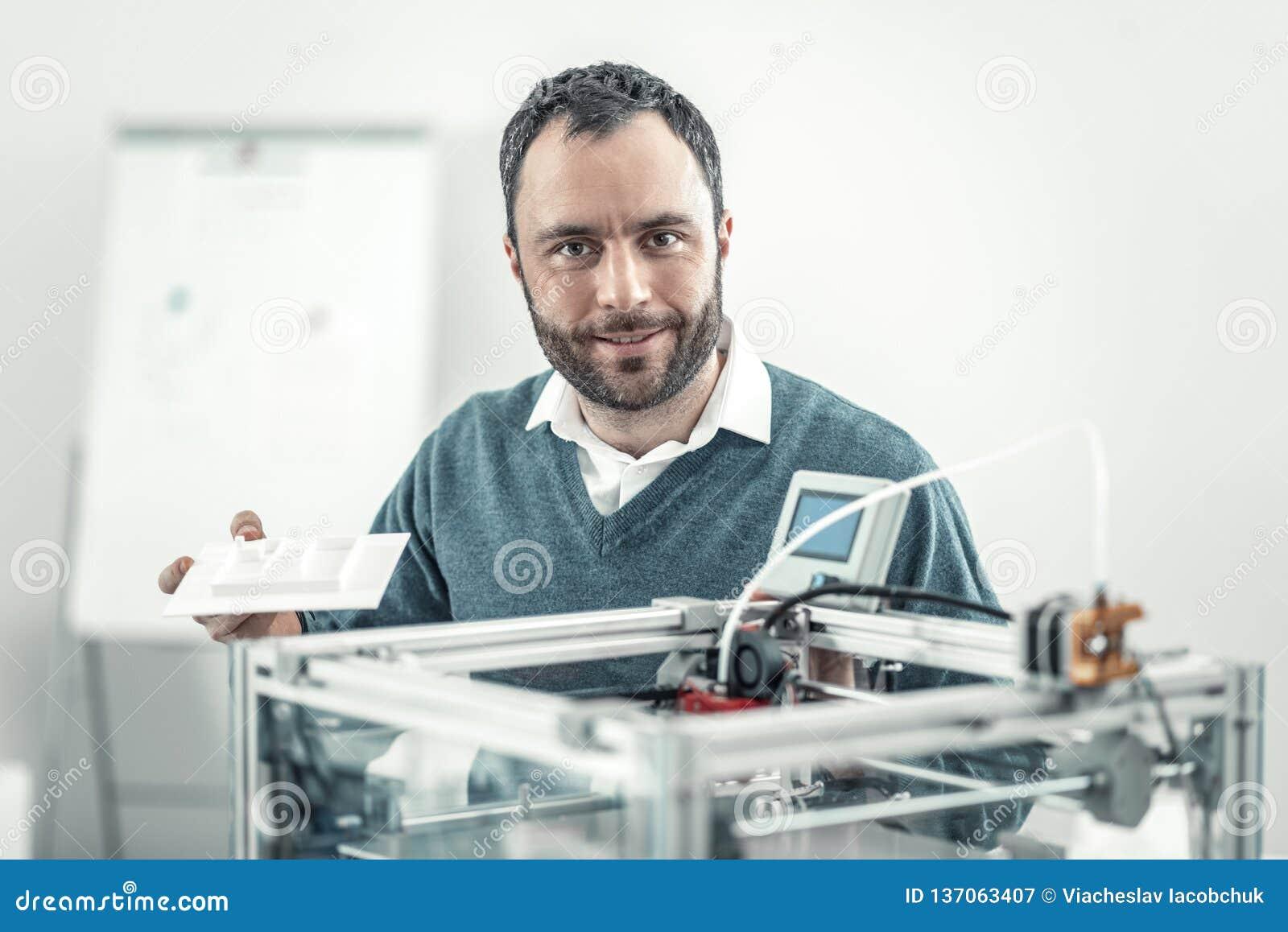 Pozytywny mądrze dorosły mężczyzna używa 3d drukarkę