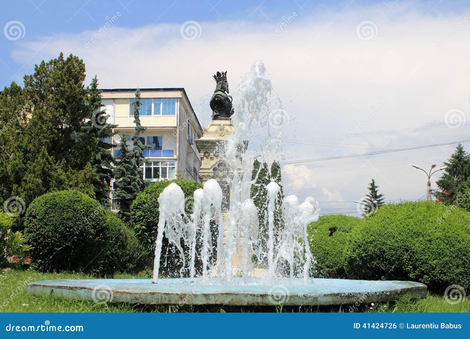 Pozzo Artesiano E La Statua Di Radu Negru Basarab Fotografia Stock - Immagine: 41424726