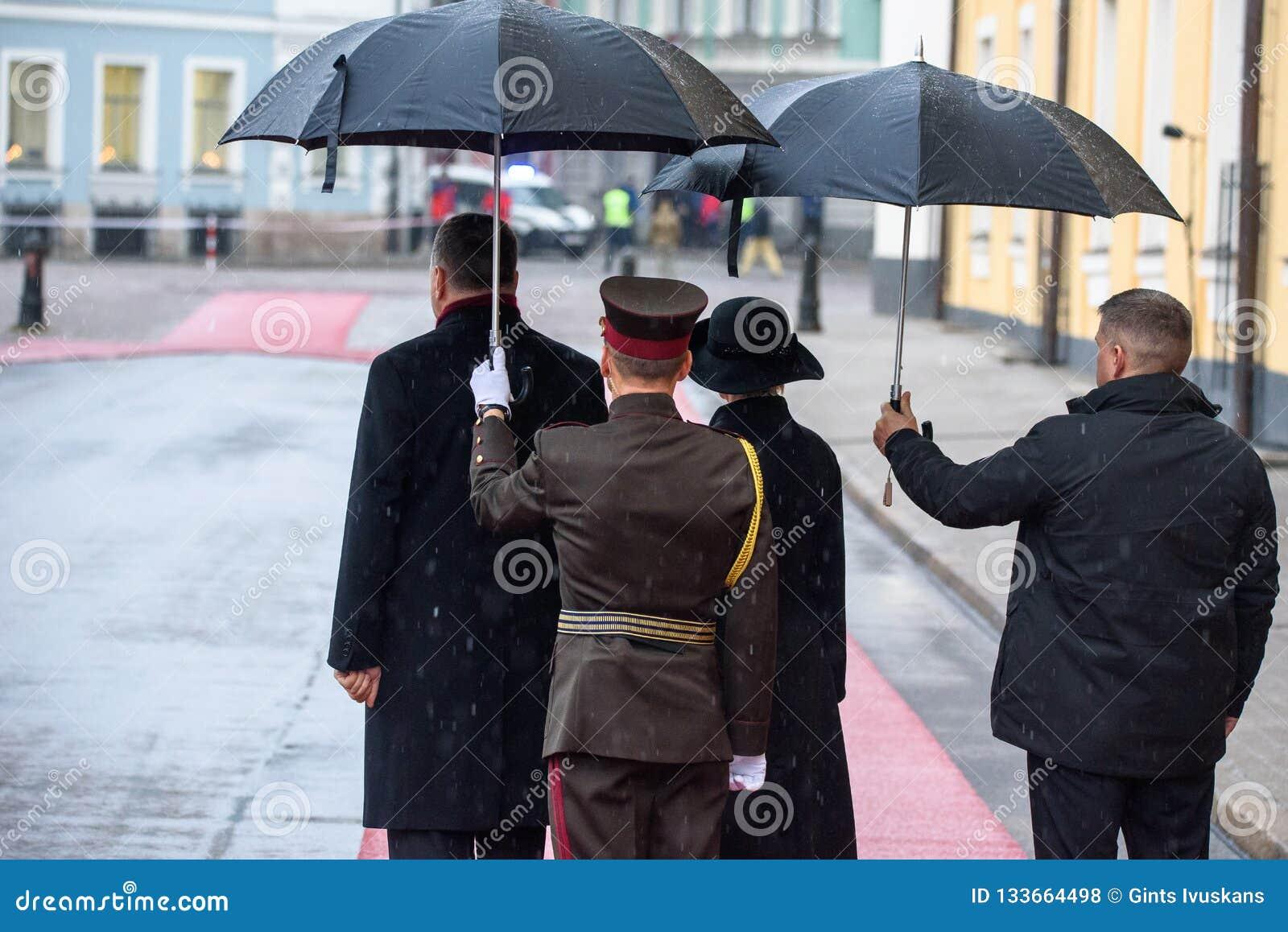 Präsident von Lettland Raimonds Vejinis und First Lady von Lettland, Iveta Vejone, Wartekönigliche Gäste von Dänemark