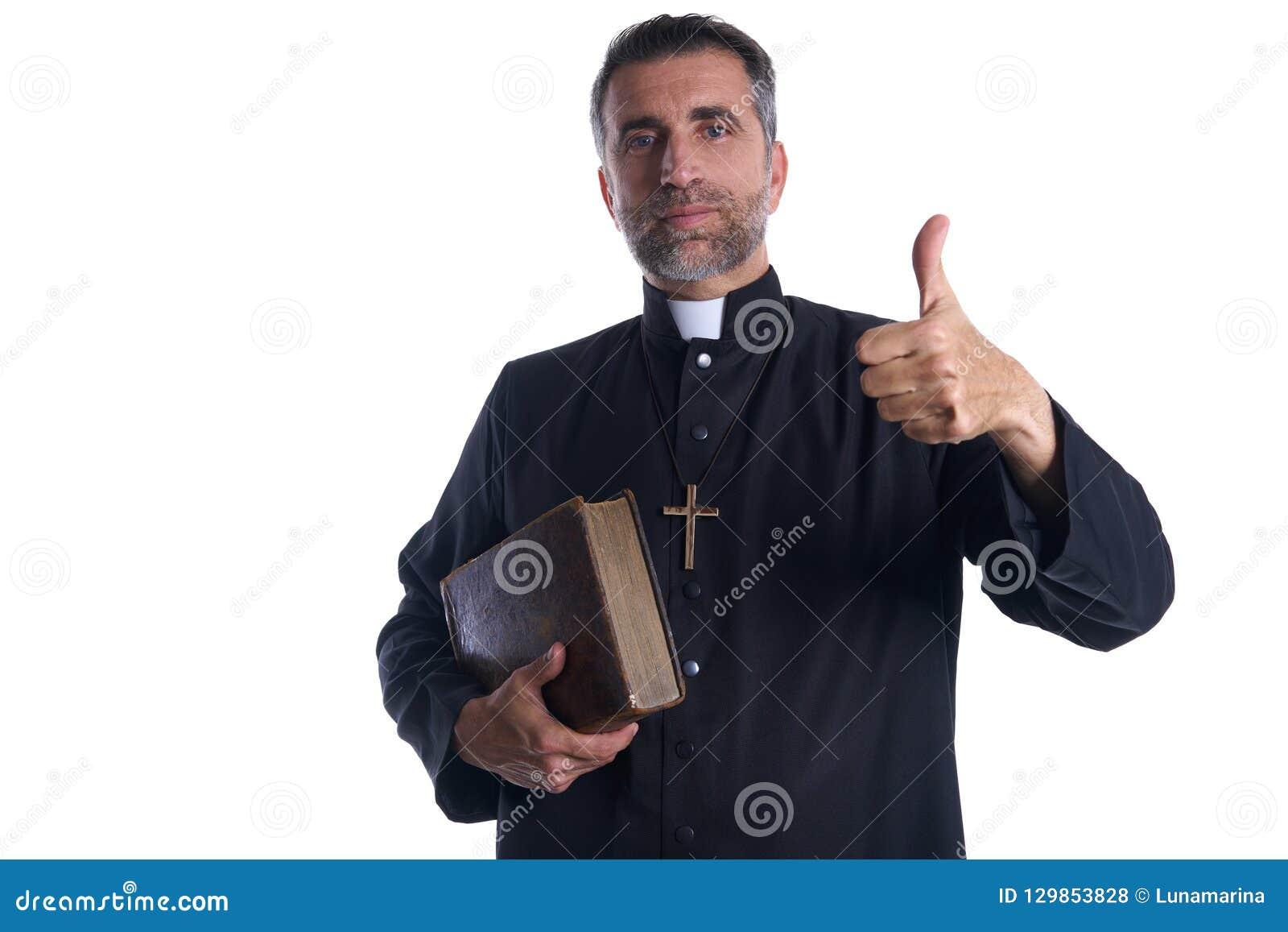 Prästen med tummar upp fingerhänder undertecknar