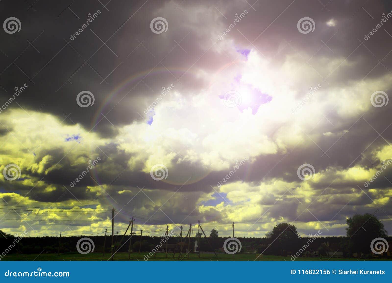Près du village storm Le ciel rencontre un orage Le soleil brille par les nuages
