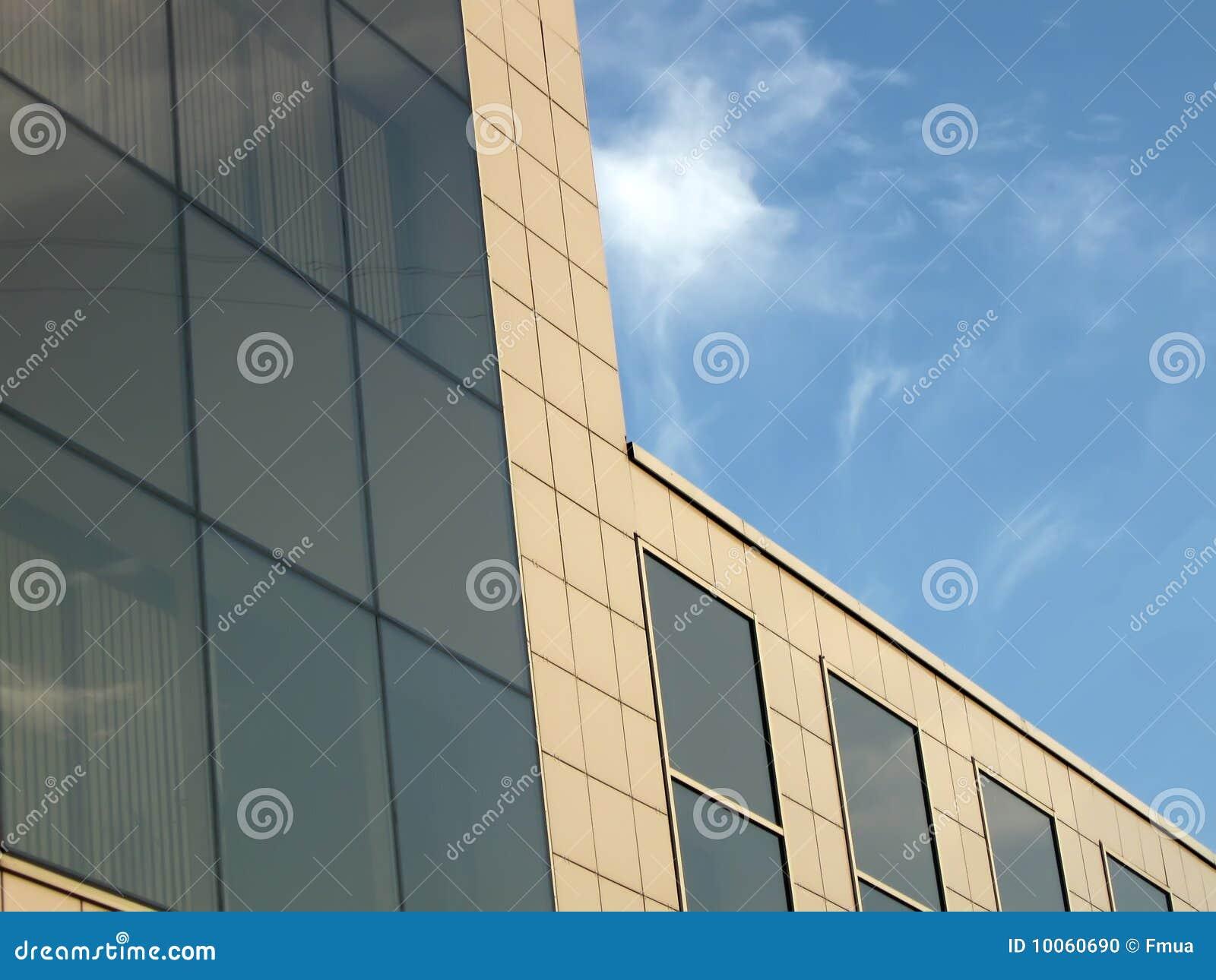Prédio de escritórios reflexivo de vidro do negócio urbano