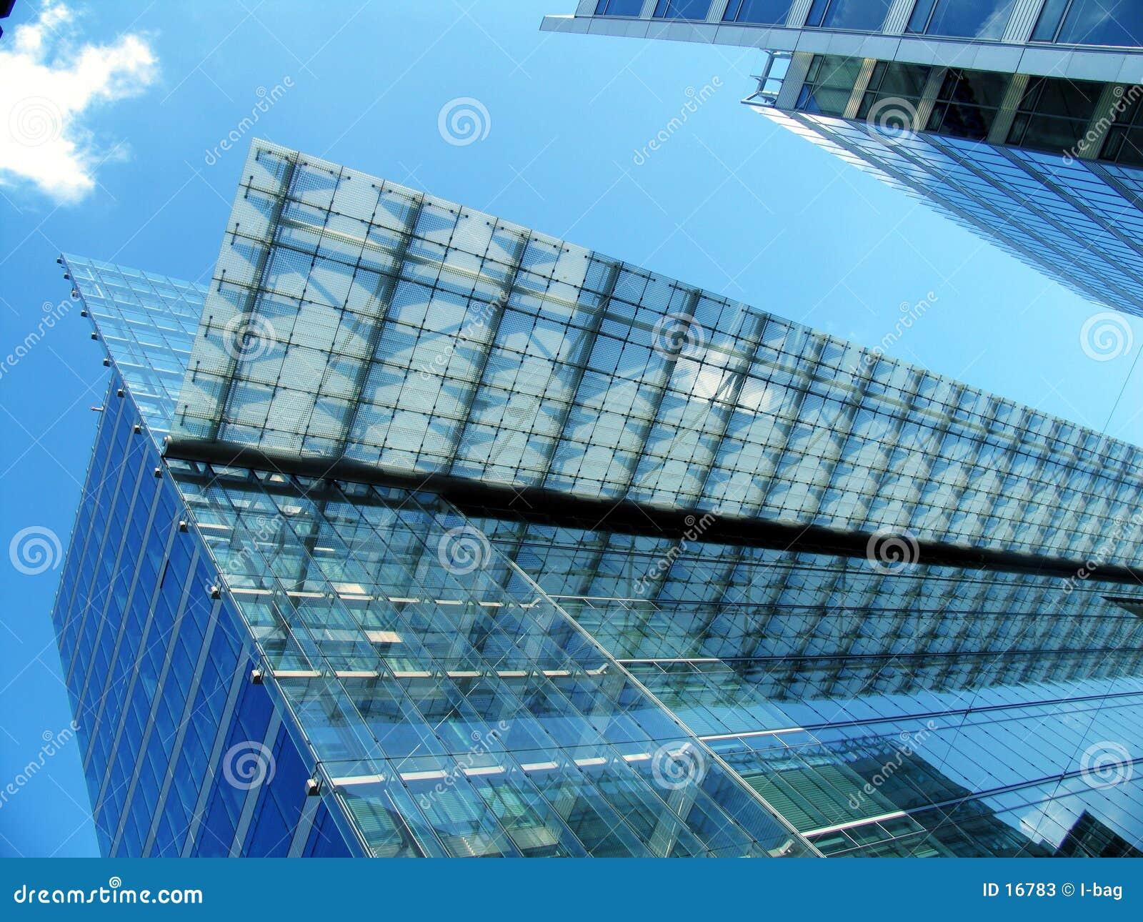 Prédio de escritórios transparente moderno