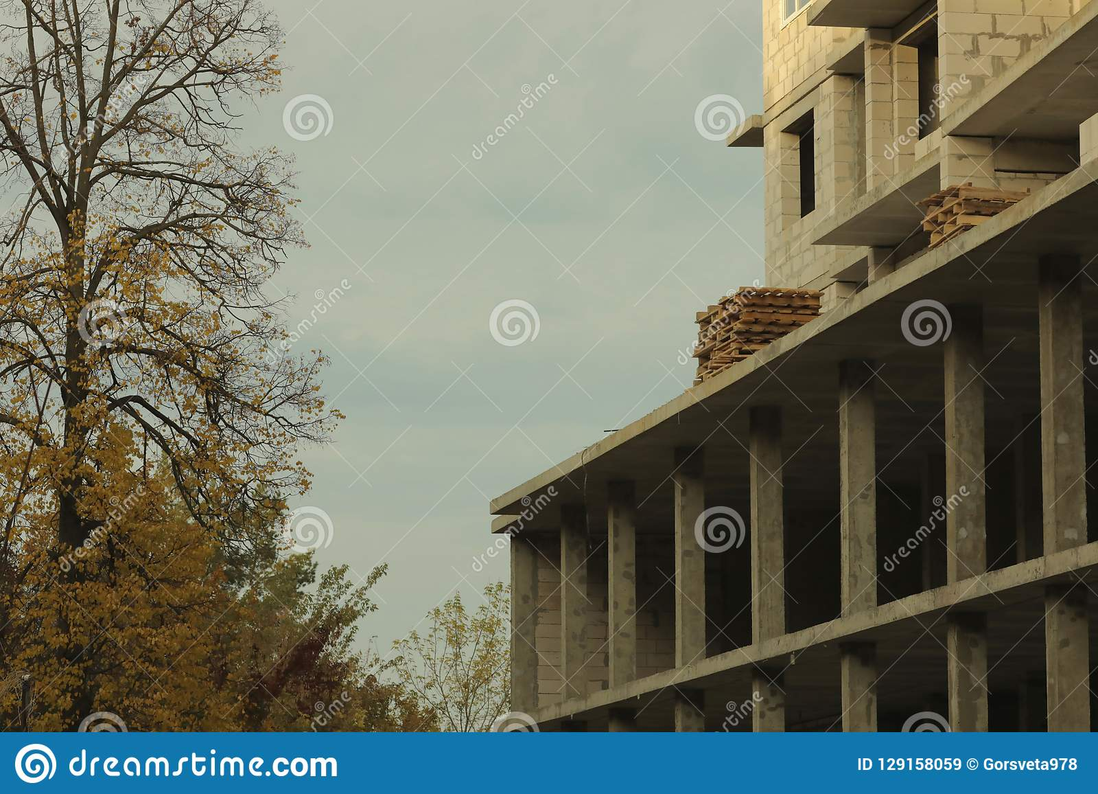 Prédio inacabado, guindaste, arquitetura