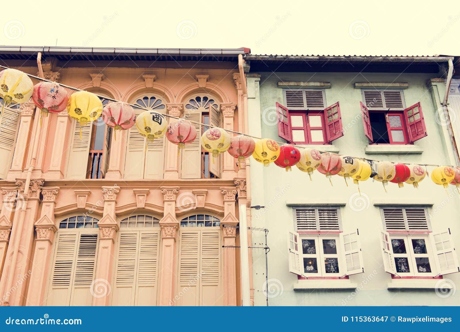 Prédios de apartamentos coloridos próximos um do outro