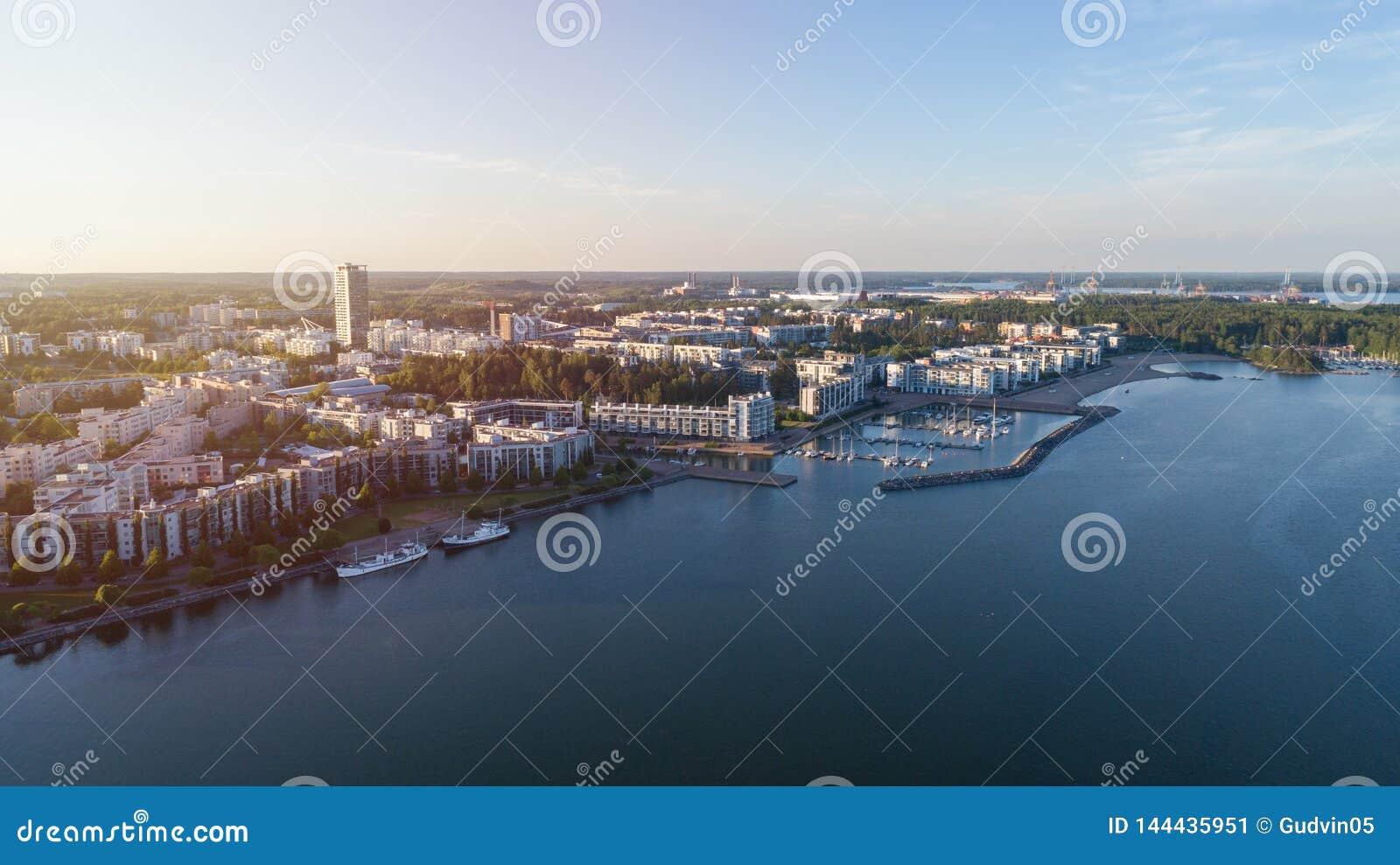 Prédios de apartamentos no distrito de Vuosaari de Helsínquia no por do sol, Finlandia Panorama bonito do verão