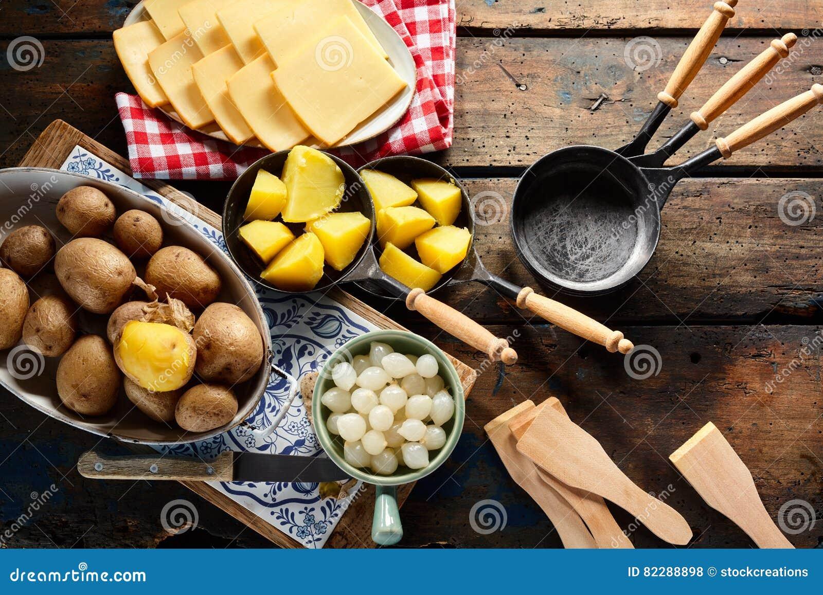 Pr paration d 39 un repas suisse traditionnel de raclette photo stock image du fond above 82288898 - Coupe fromage a raclette ...