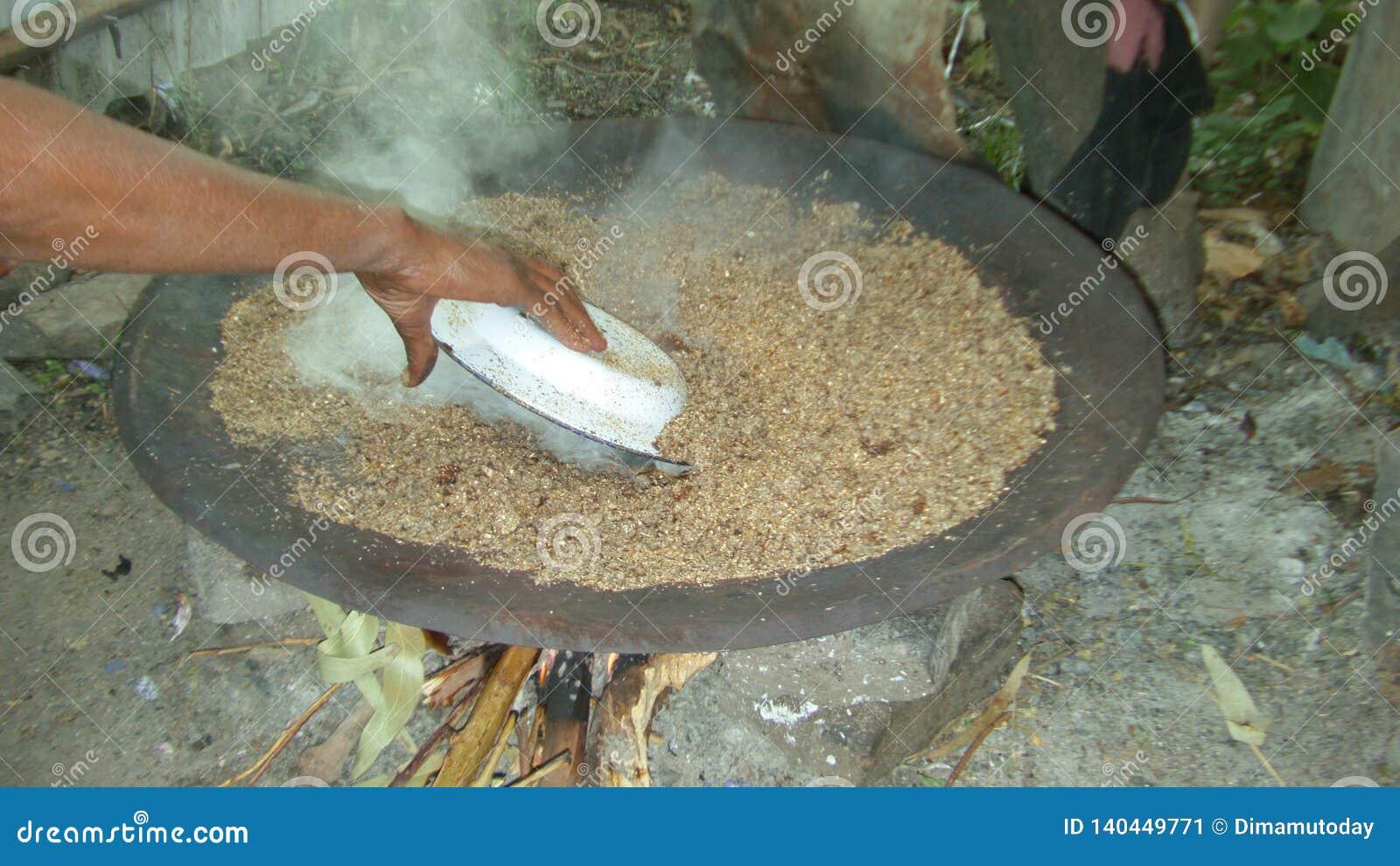 """Préparation de bière éthiopienne traditionnelle - ella de t """""""