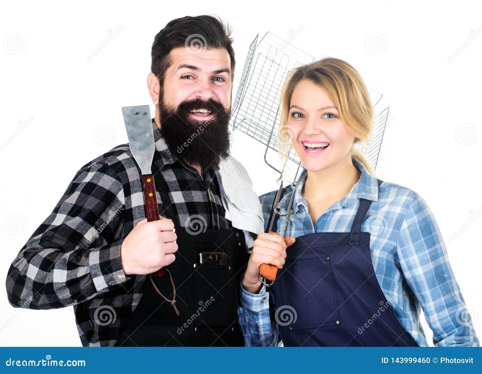 Préparation de nourriture Week-end de famille Hippie et fille barbus d homme Préparation et culinaire Outils pour rôtir la viande