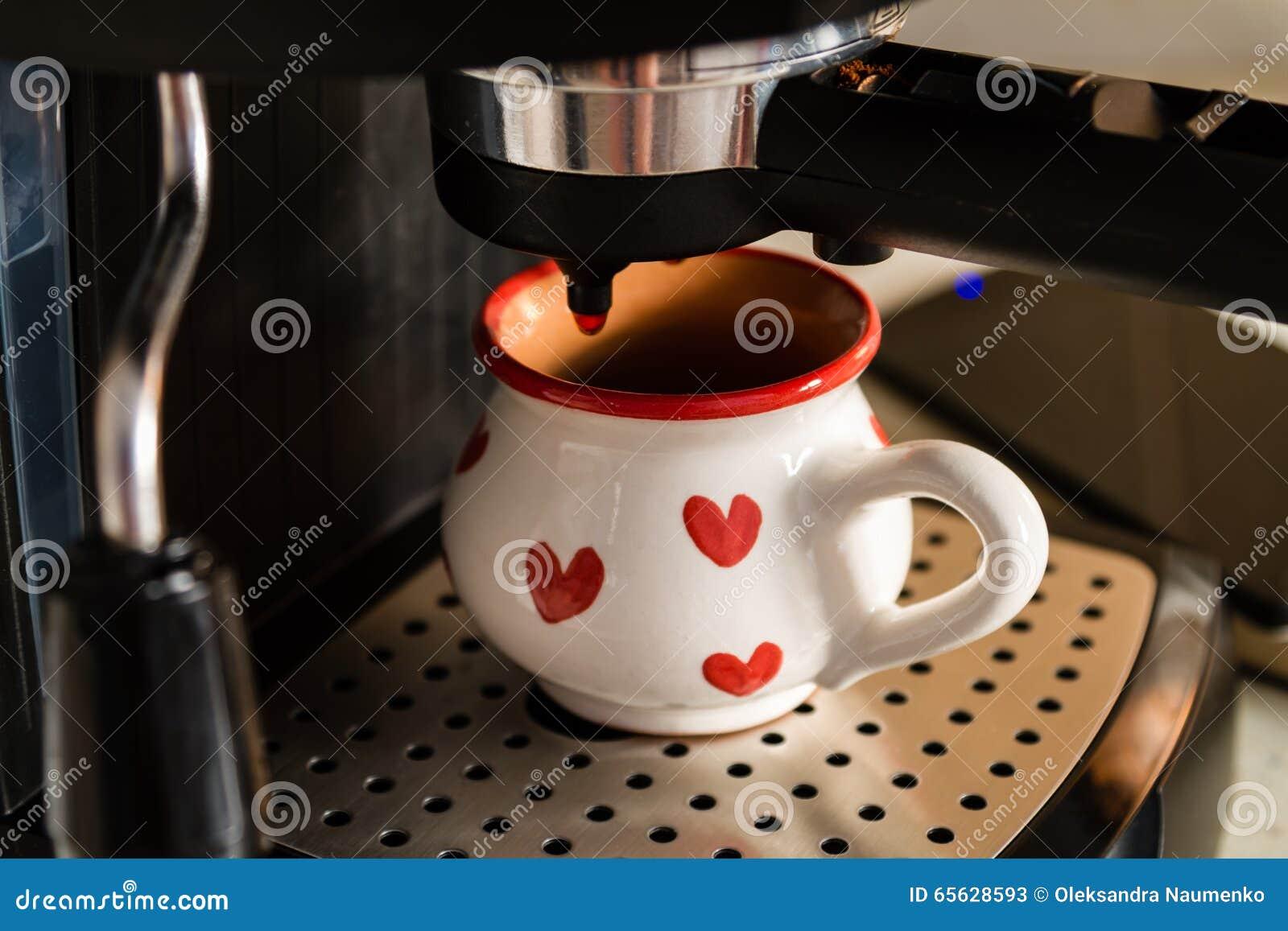 Préparation du café dans la machine, fond de cuisine