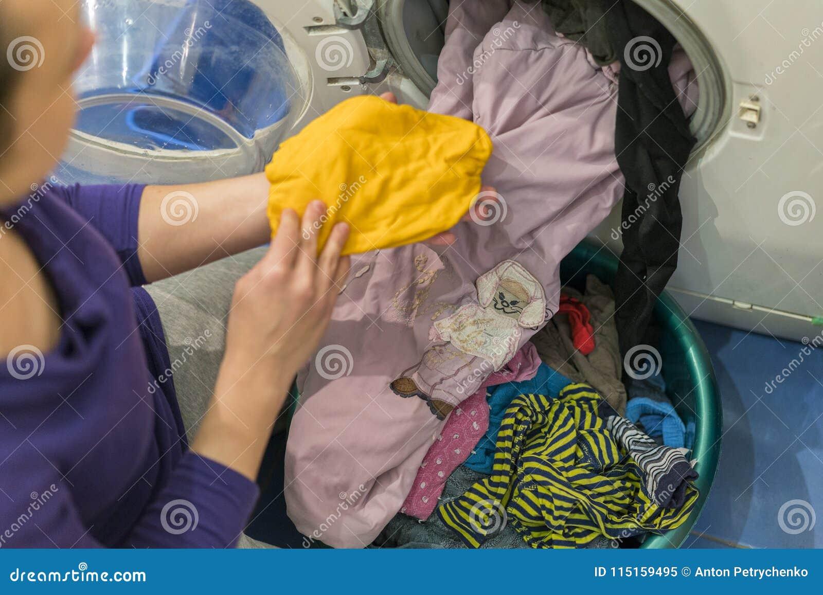 Préparation du cycle de lavage Machine à laver, mains et vêtements