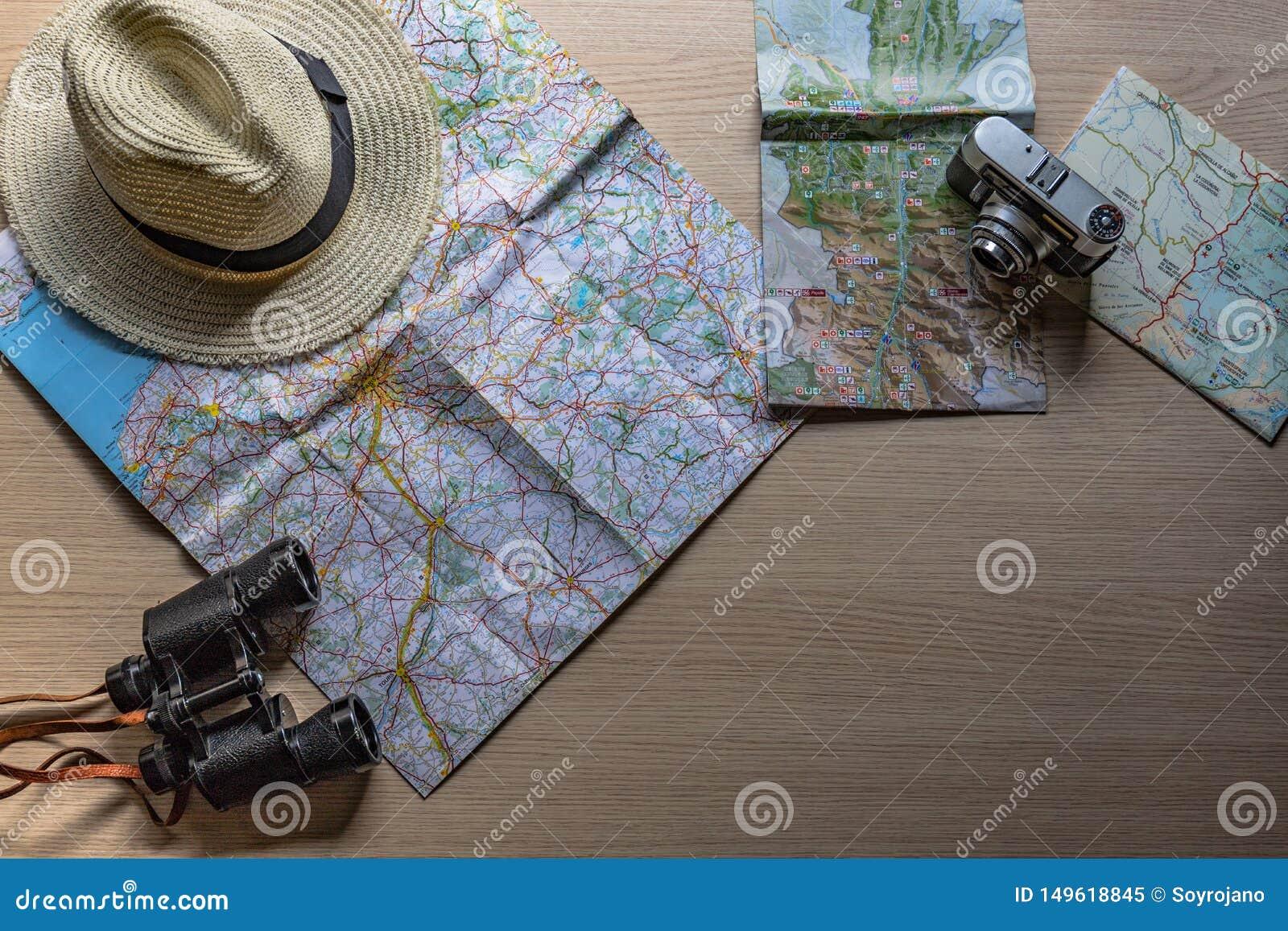 Pr?paration du prochain voyage avec la vieille cam?ra, les jumelles et mon chapeau pr?f?r?