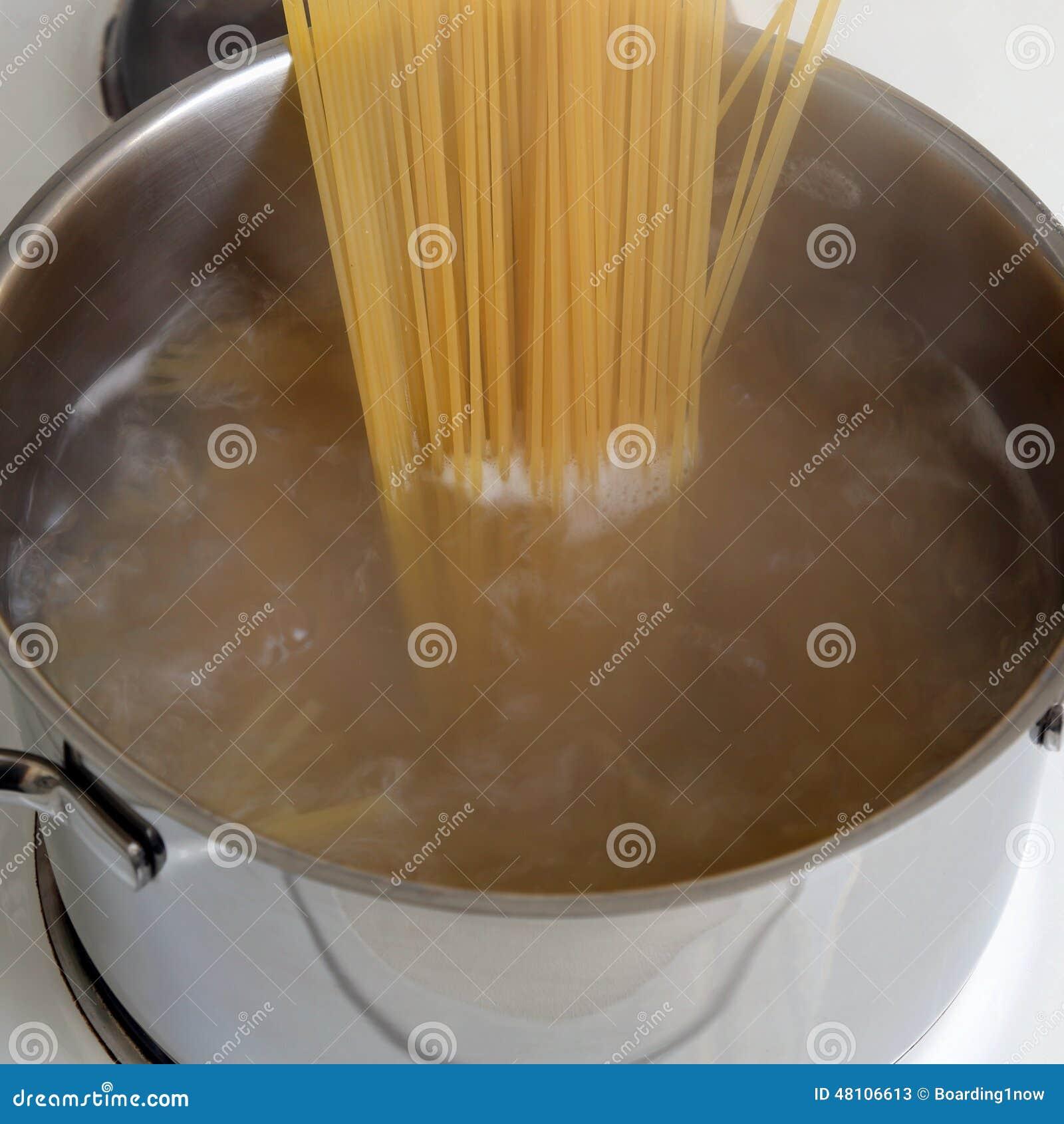 Pr paration du repas de p tes de spaghetti faisant cuire - Cuire les chataignes a l eau ...