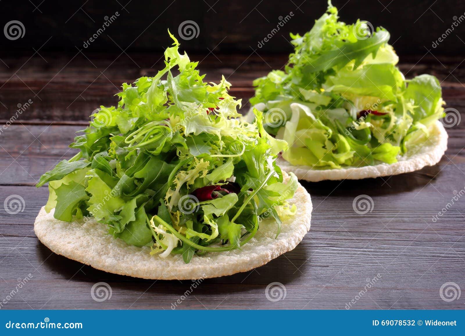 préparation fraîche de salade verte sur la gaufre de riz photo stock