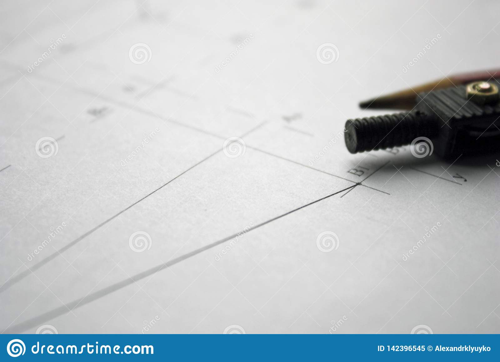 Préparation pour des projets de document, des dessins, des outils et des diagrammes sur la table