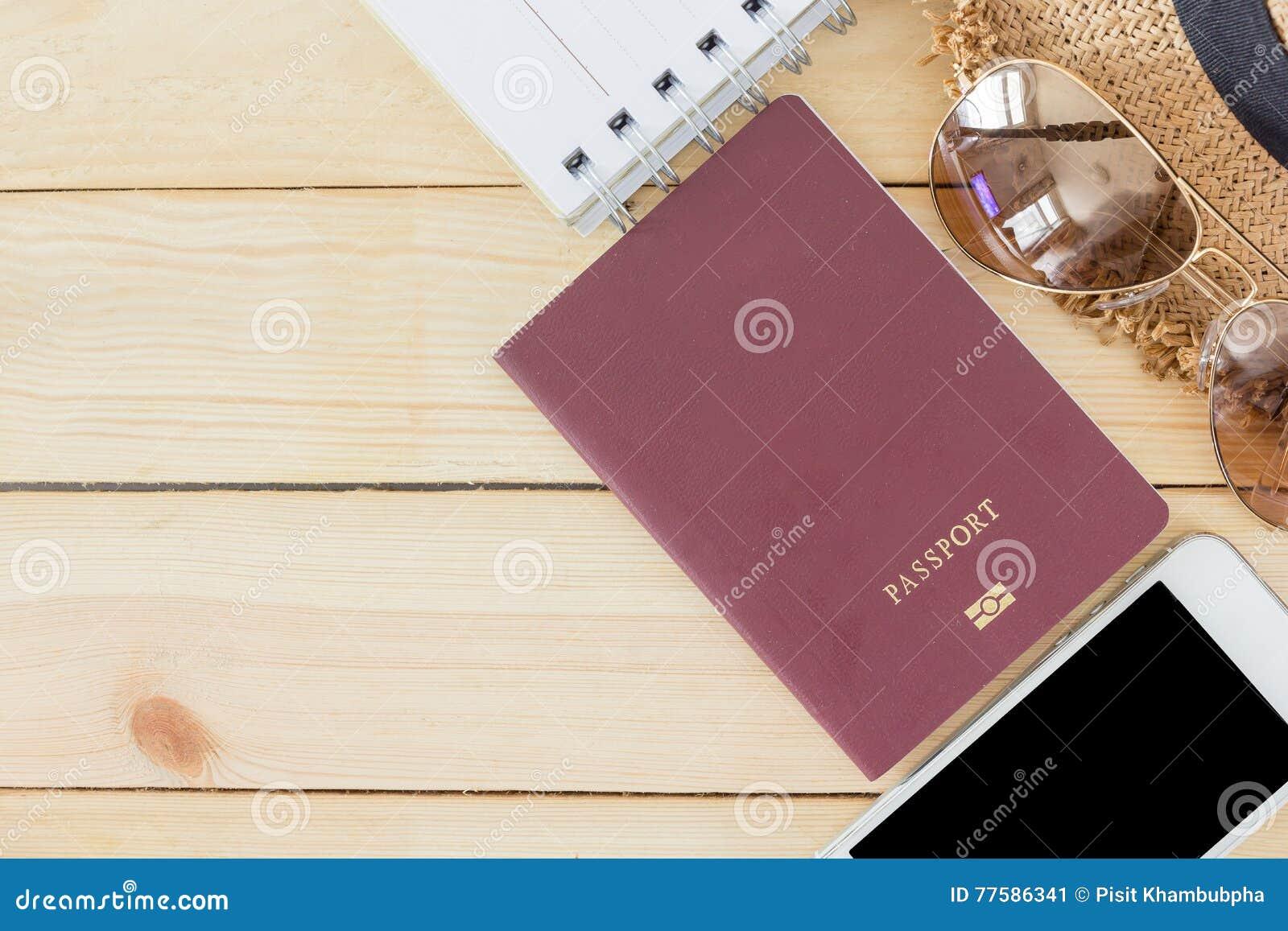 Préparation pour le concept de déplacement, passeport, smartphone, lunettes de soleil, livre remarquable, chapeau sur un fond en