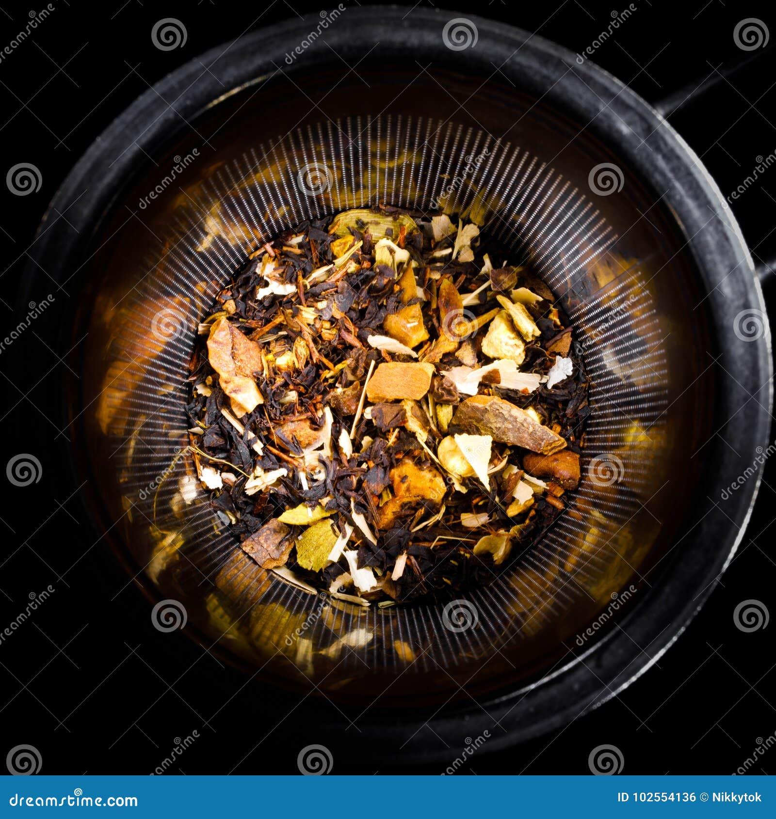 Préparation tropicale de fruits secs dans le tamis de thé