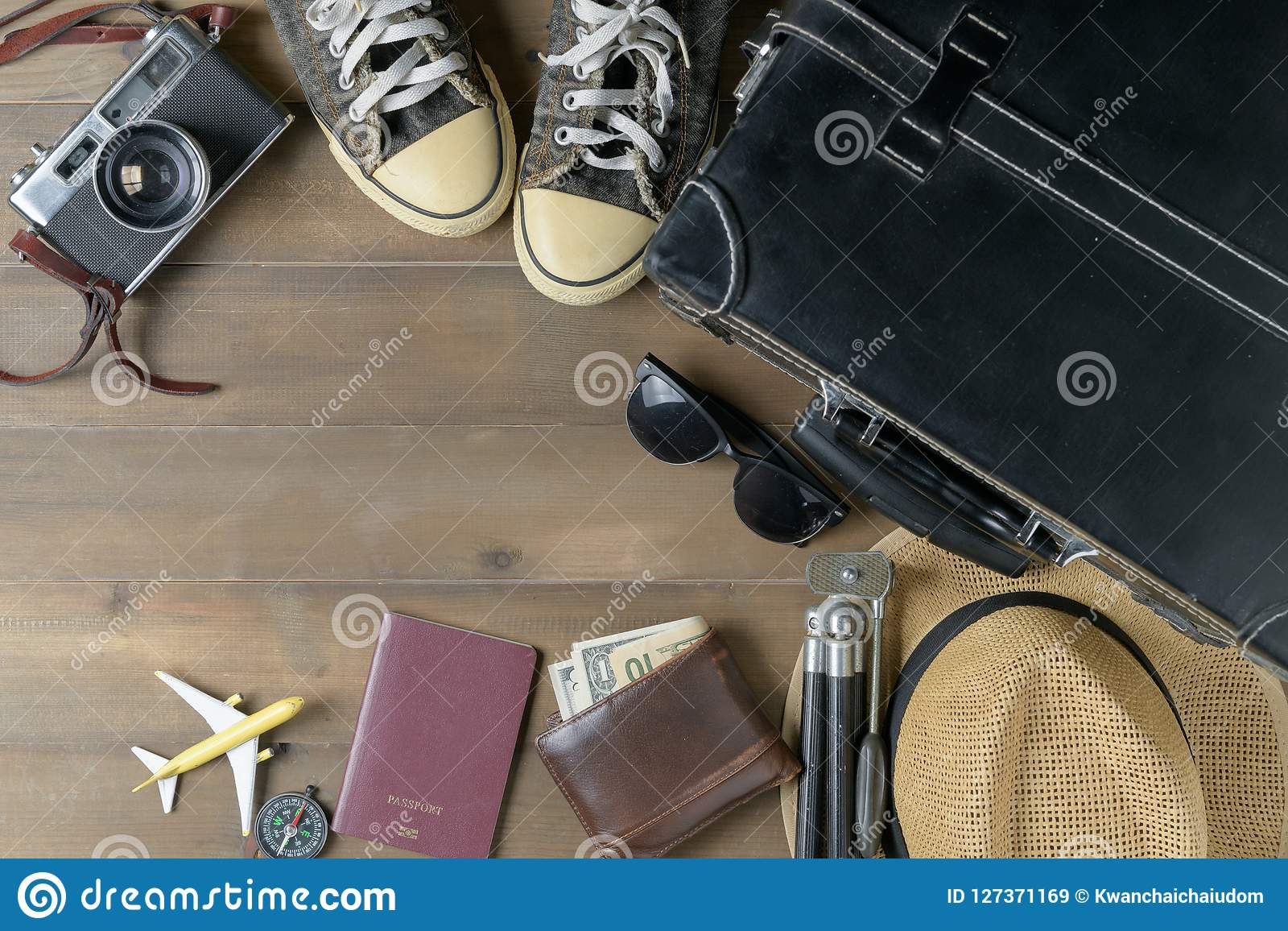 Préparez les accessoires pour le voyage sur le ton de vintage