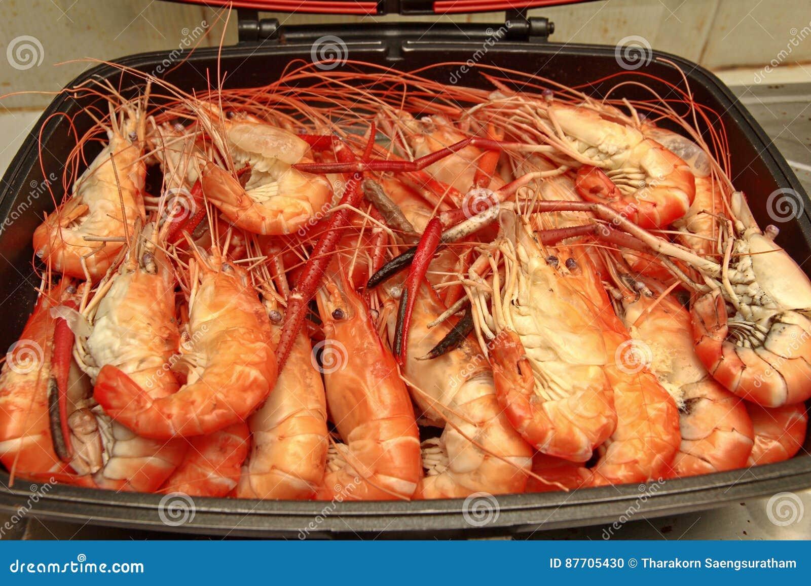 Préparez les grandes crevettes roses fraîches coulées dans la casserole