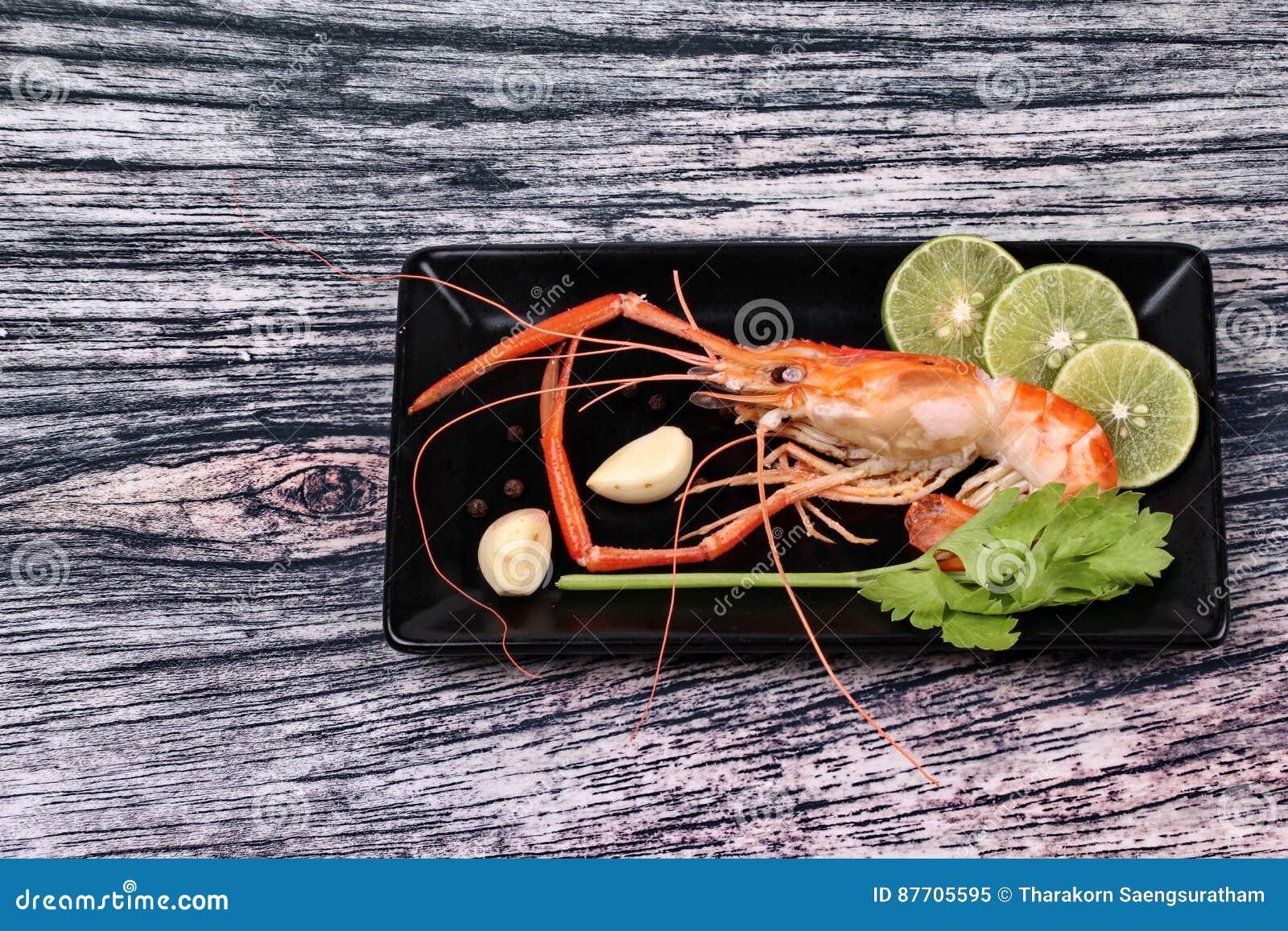 Préparez les grandes crevettes roses fraîches coulées et l herbe aigre épicée