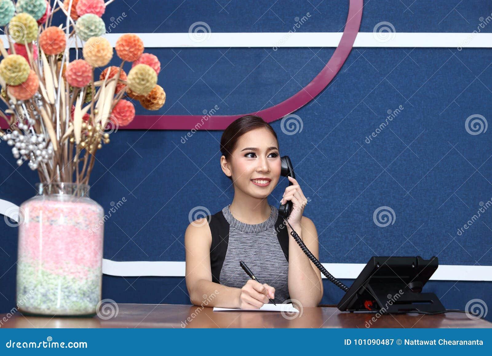 Préposée de bureau réceptionniste clark et femme asiatique d