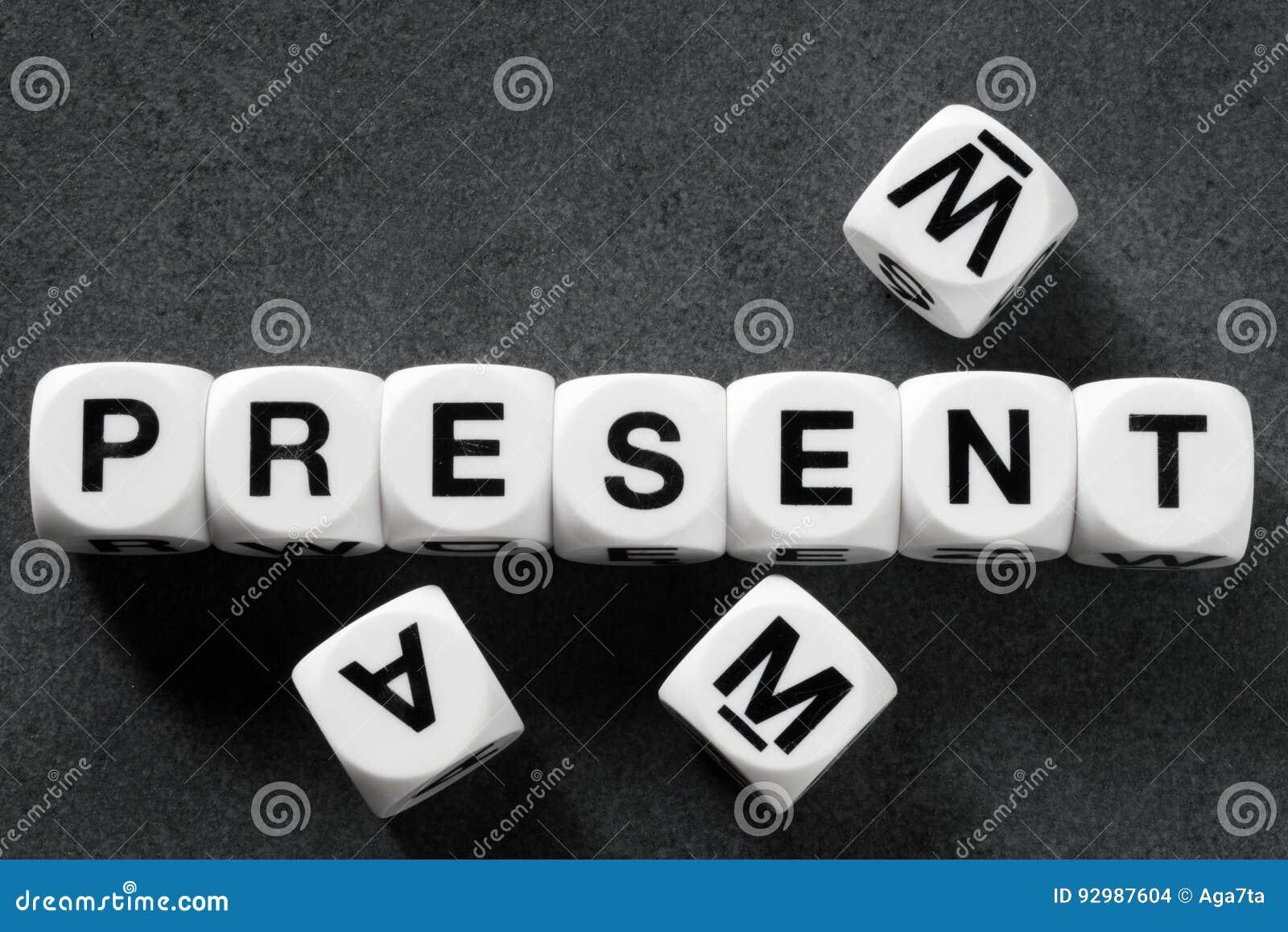 Présent de Word sur des cubes en jouet