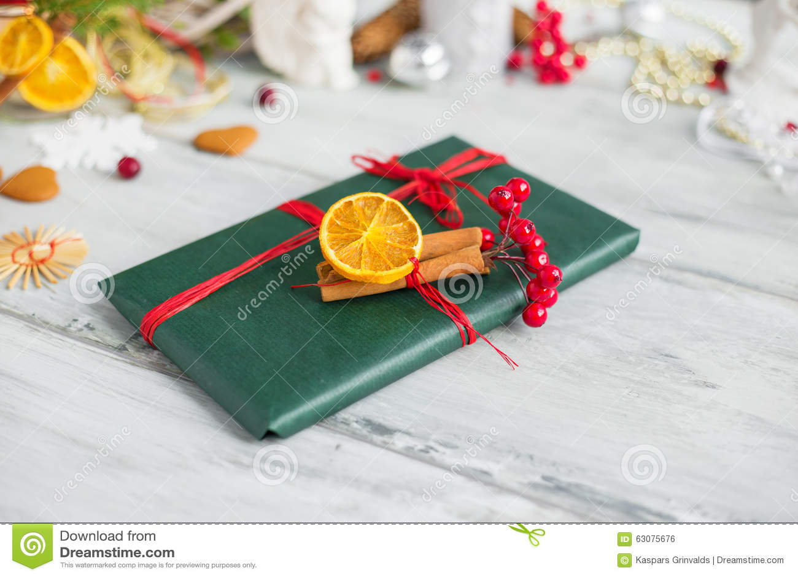 Download Présent pour Noël photo stock. Image du enveloppé, bureau - 63075676