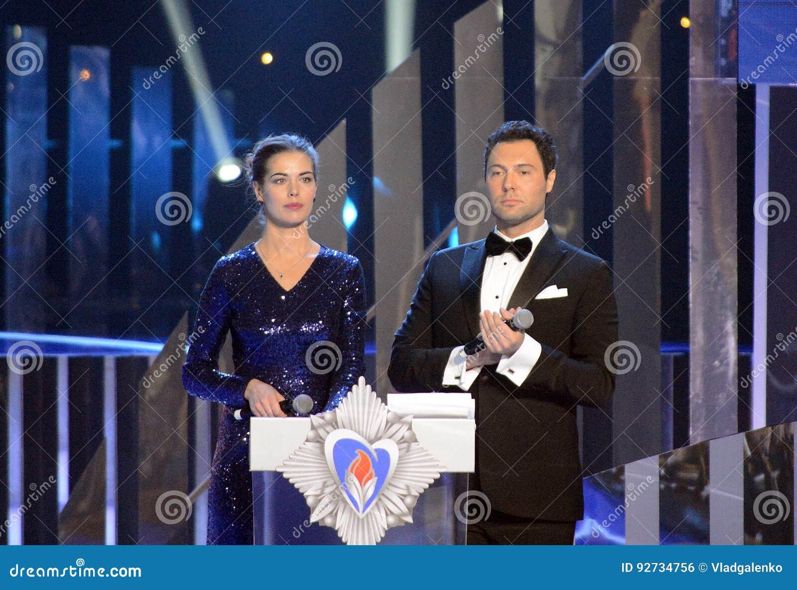 Présentateur russe de TV, finaliste du ` 2008 d univers de Mlle de ` de concours Vera Krasova et chanteur Evgeny Kungurov aux gag