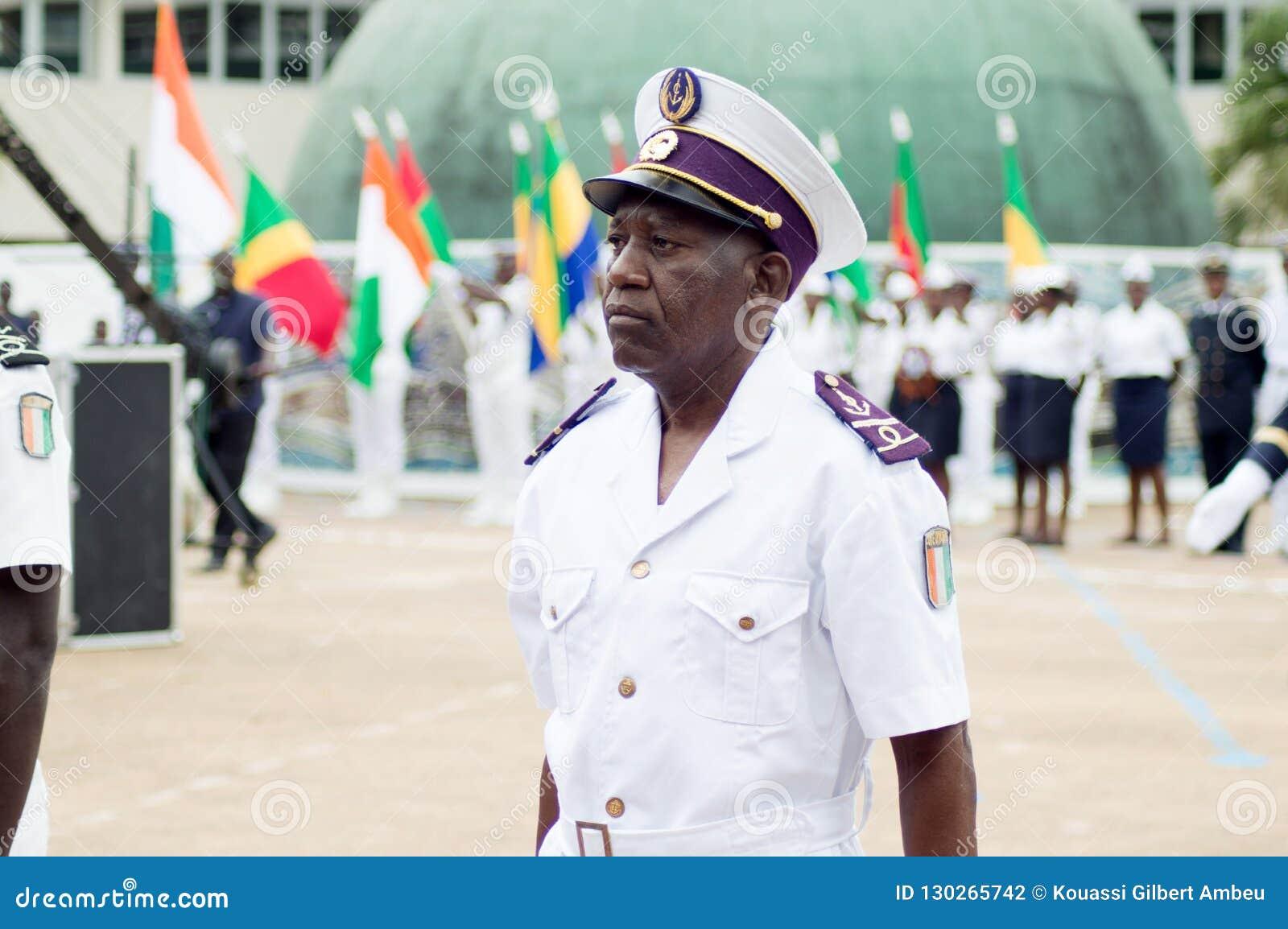 Présentation d un officier de la marine pendant un cérémonial