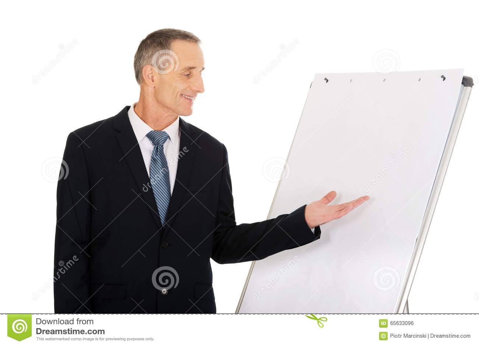 Présentation exécutive masculine sur le tableau de conférence