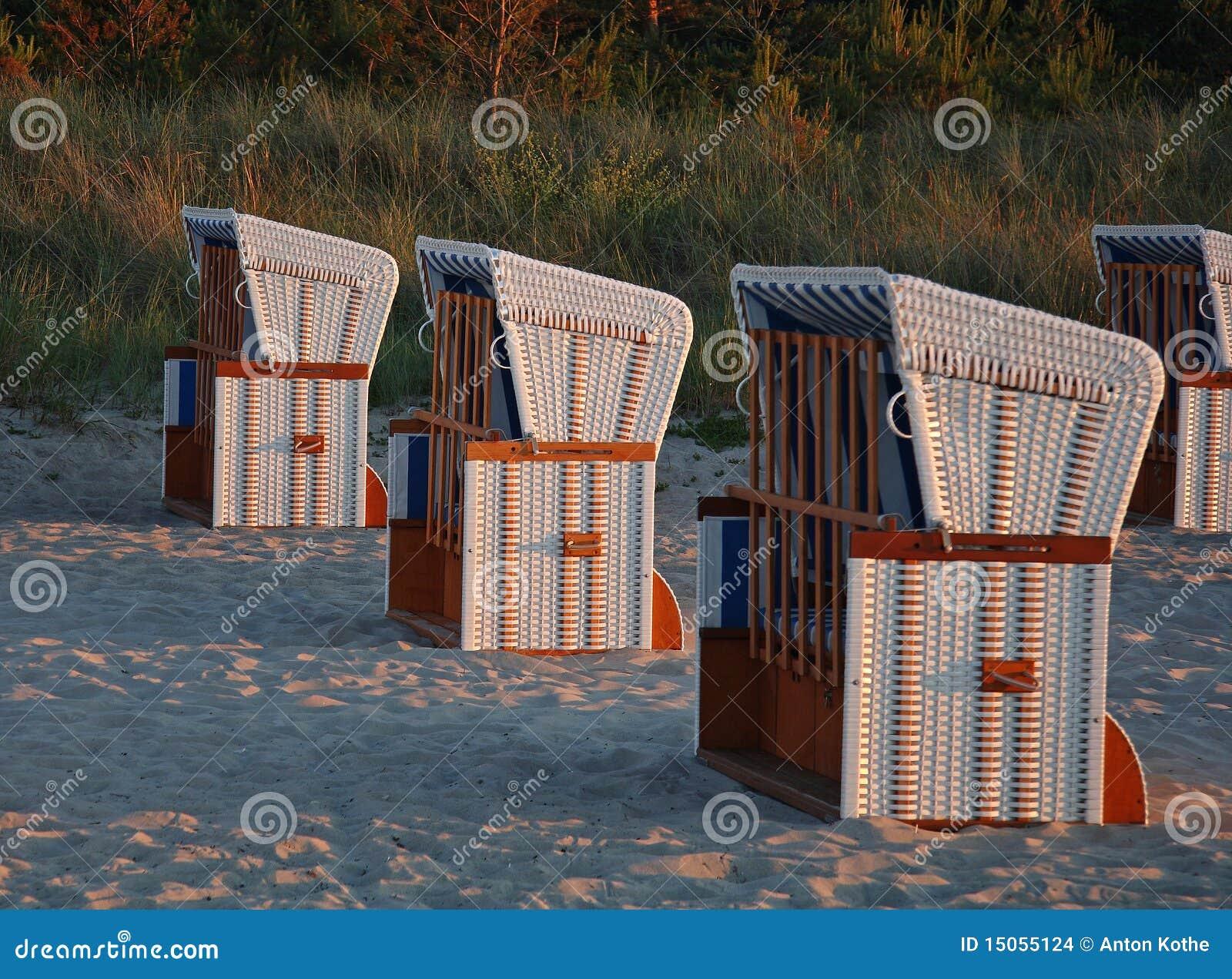 Présidences de plage en lumière de soirée
