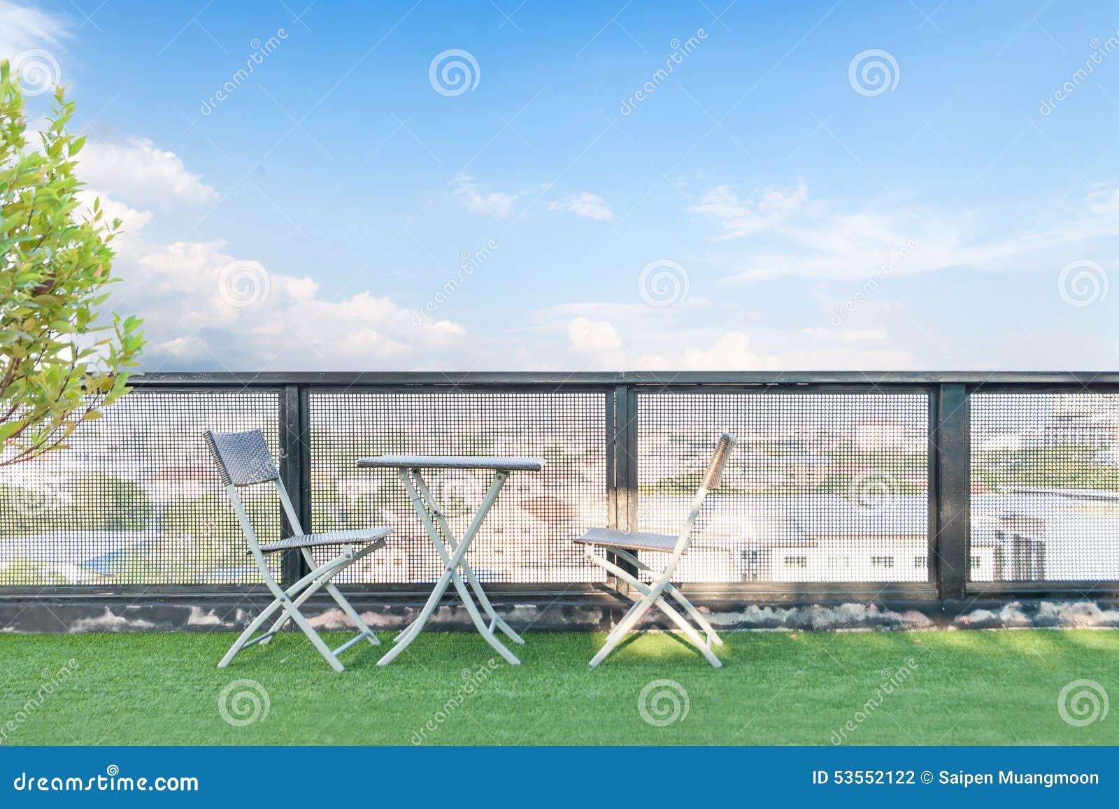 Presidez Et Une Table Sur Une Terrasse Ouverte Photo Stock Image