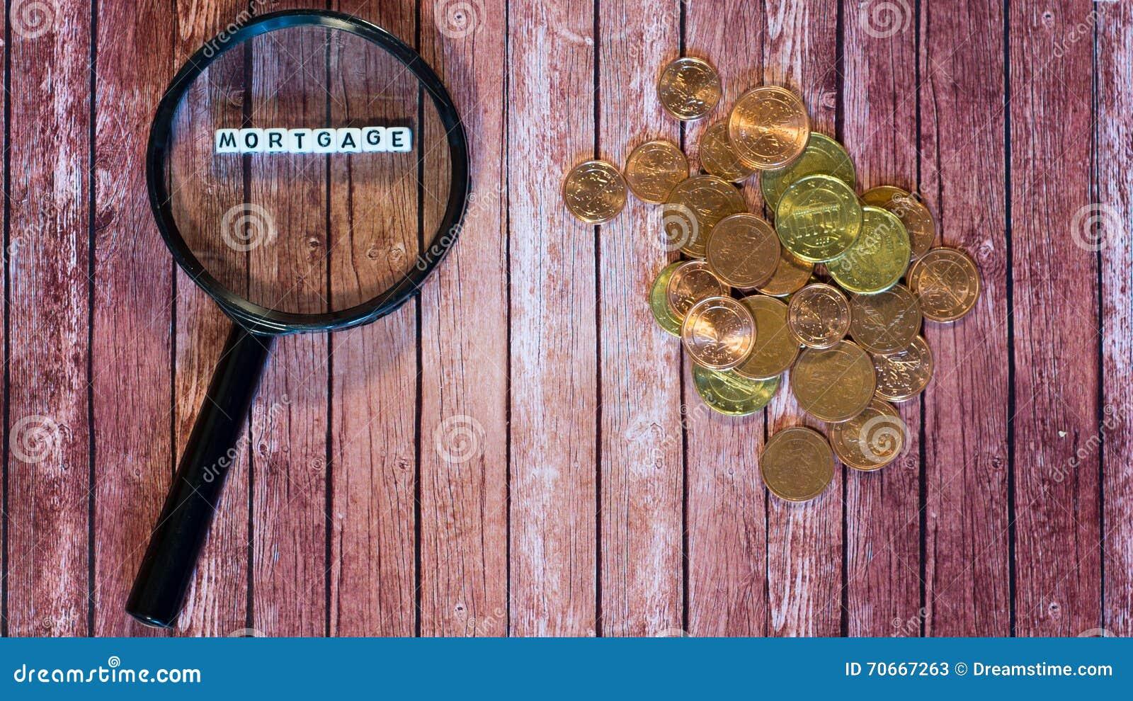 Préstamo de hipoteca, lupa y monedas