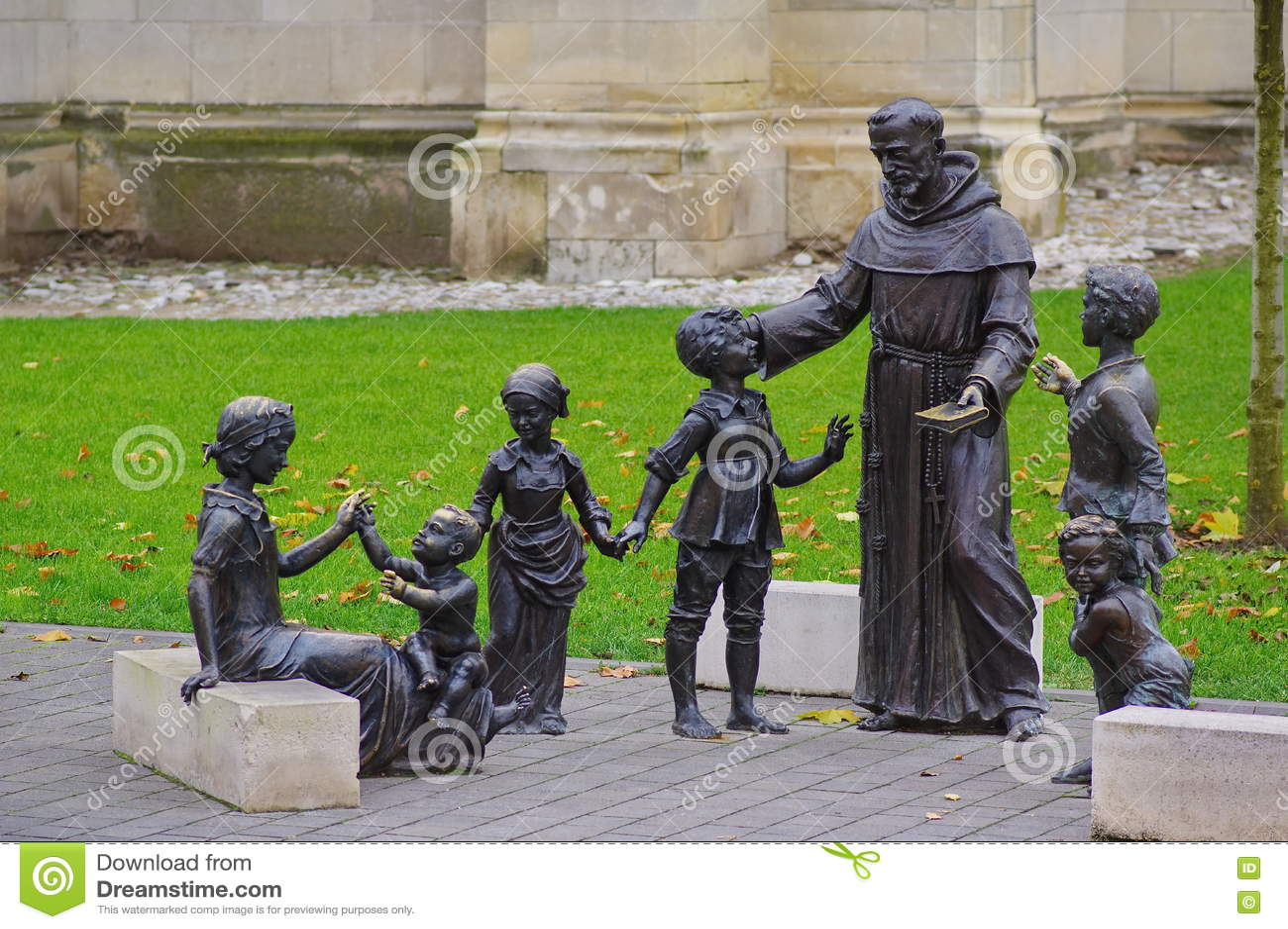 Prêtre et statue d enfants