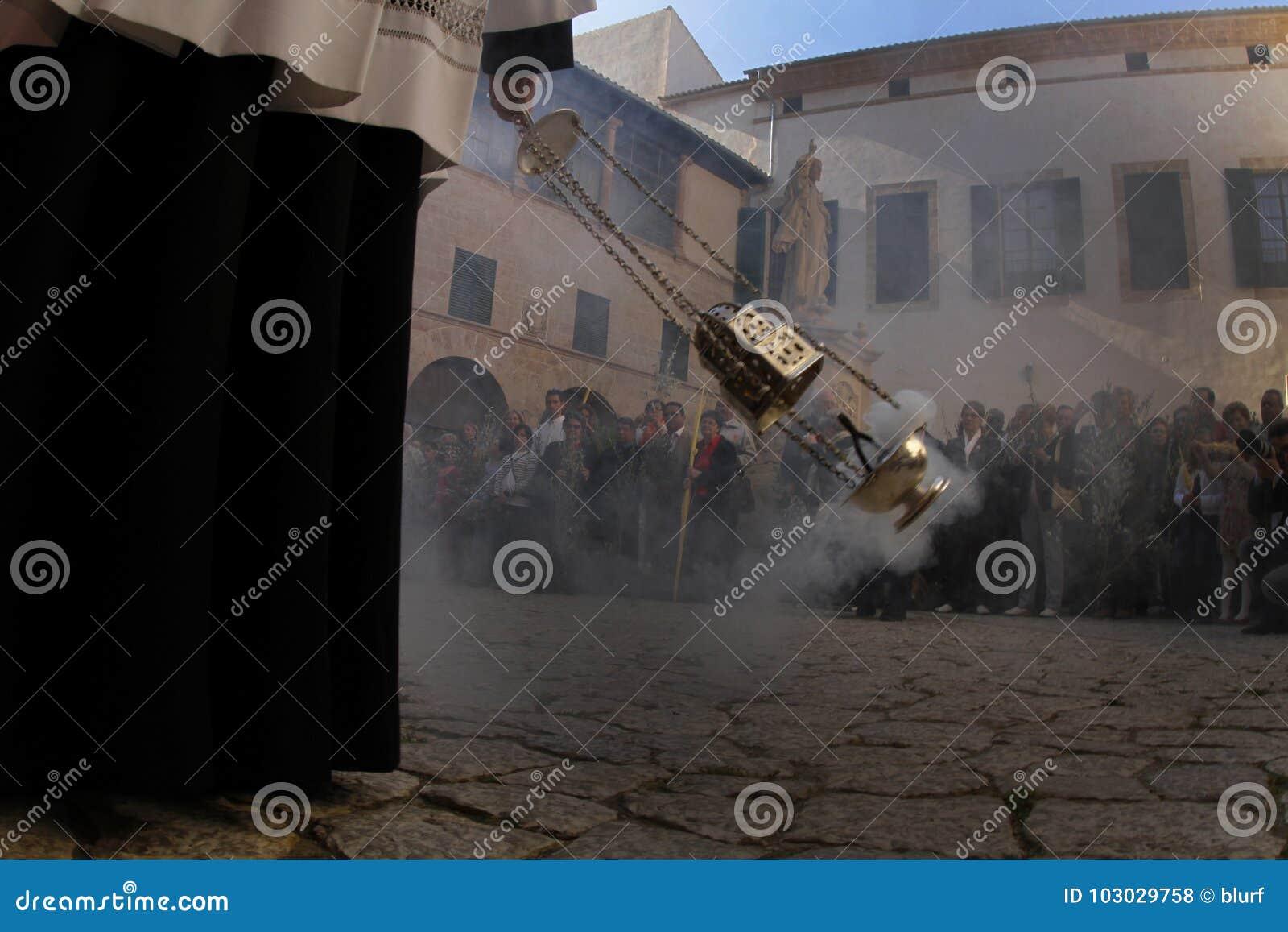 Prêtres avant la masse en cathédrale de Palma de Mallorca