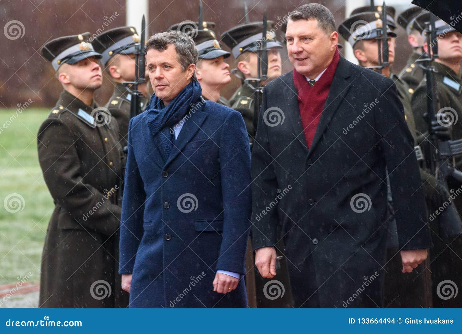 Príncipe heredero de Dinamarca Federico y de Raimonds Vejonis, presidente de Letonia
