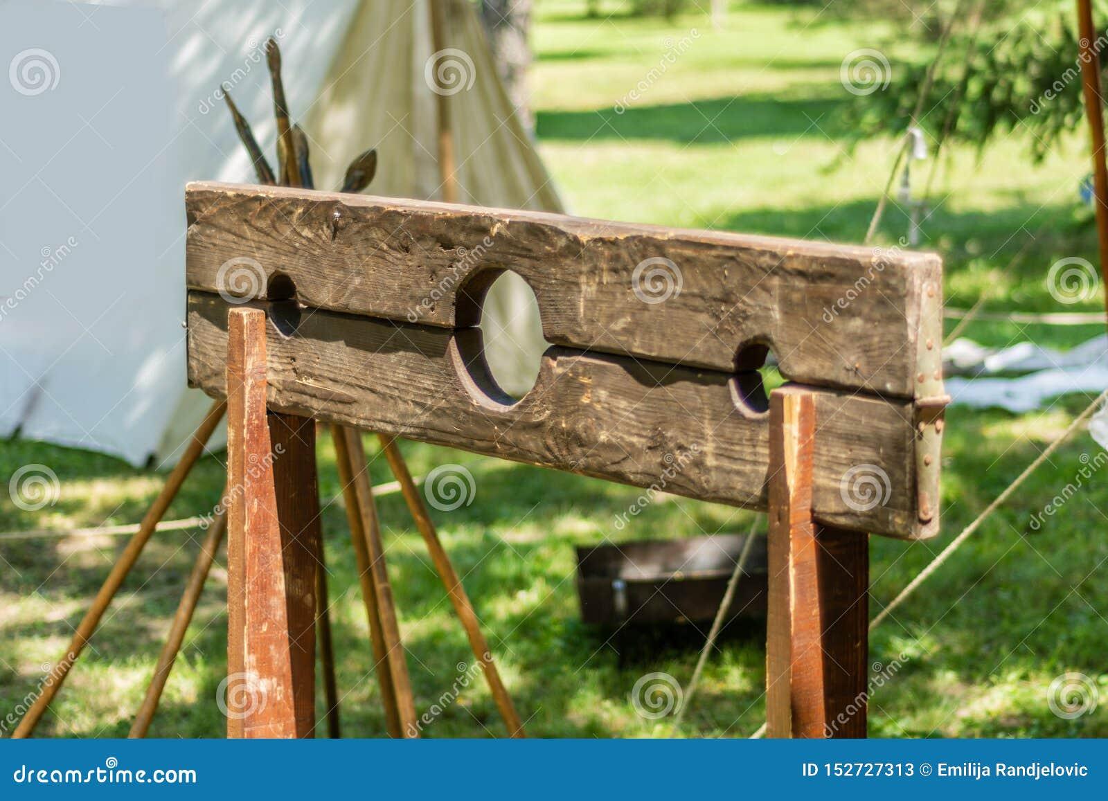 Pręgierz, drewniana rama zazwyczaj wspinał się na poczcie dokąd przestępca umieszczał ich ręki i głowę przez dziur