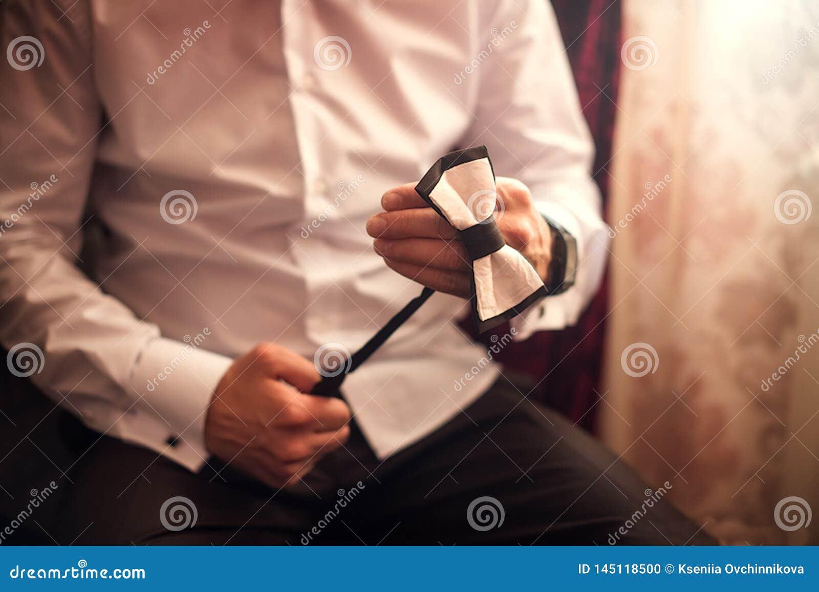 Pr?paration de matin de mari?s, mari? beau obtenant habill?