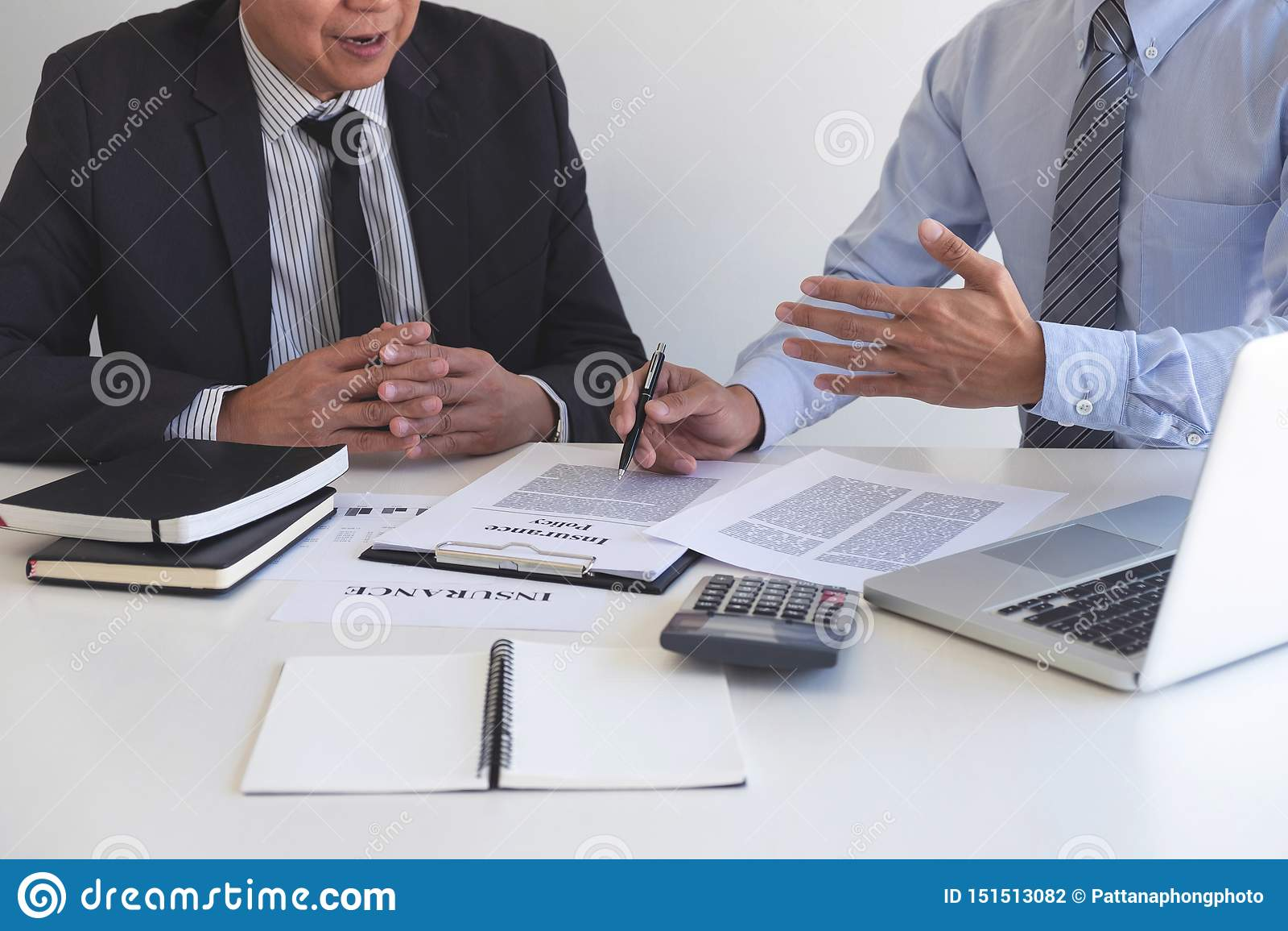 Pr?sentation d homme d agent et d?tail de consultation d assurance-vie au client et attente de son accord de r?ponse de finir