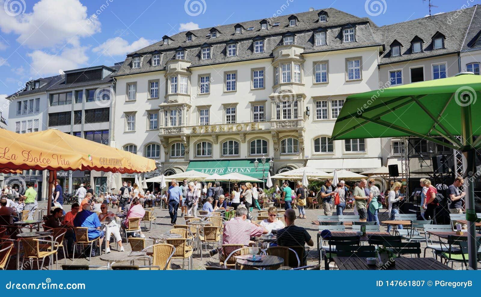 Praça da cidade velha de Bona Alemanha com a proa famosa do hotel