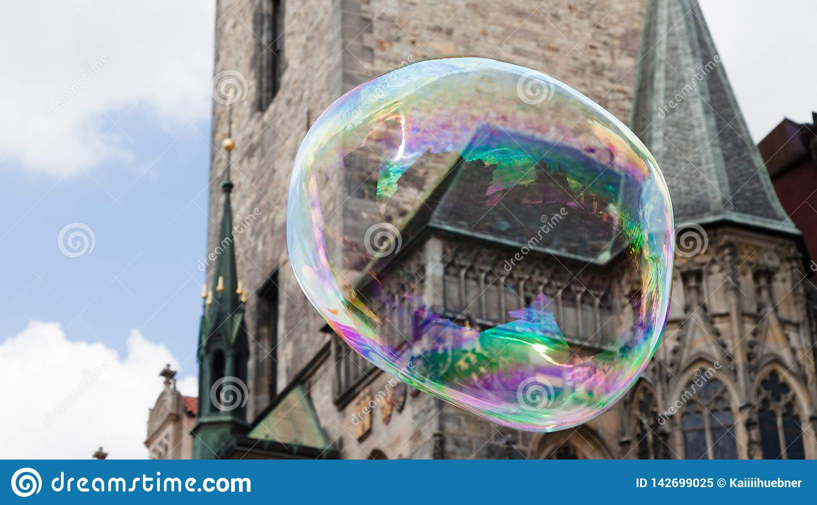Praça da cidade velha de Praga em uma bolha de sabão enorme