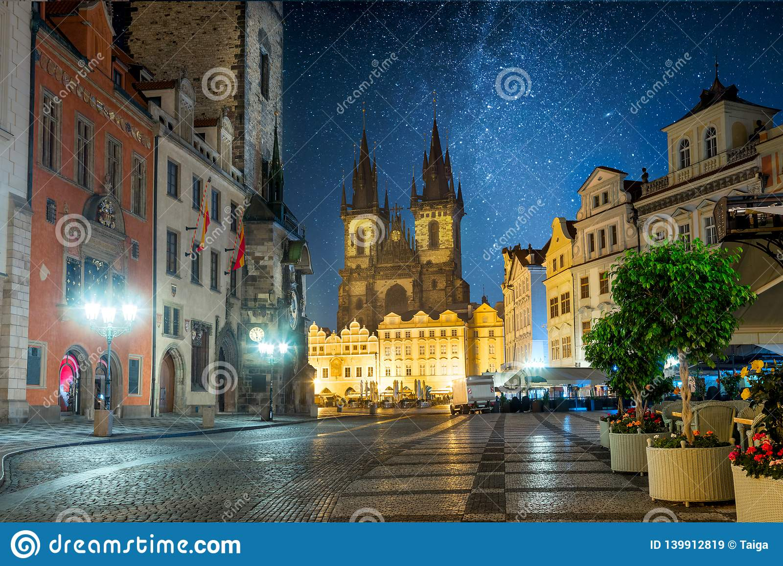 Praça da cidade velha de Praga na noite com céu das estrelas