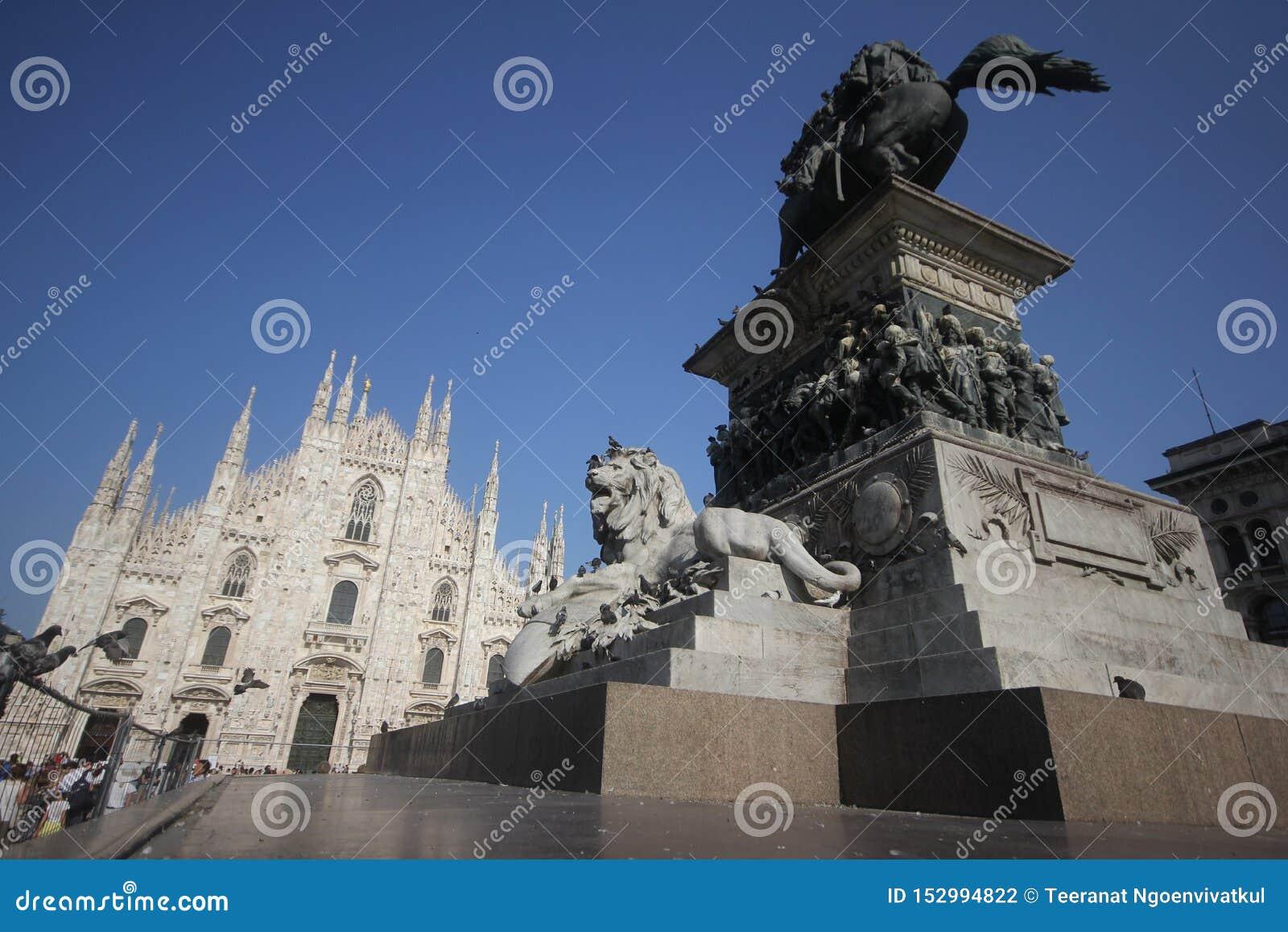 A praça del Domo Milão, igreja arquitetónica branca famosa sob o céu azul em Milão, a igreja a maior da catedral em Itália
